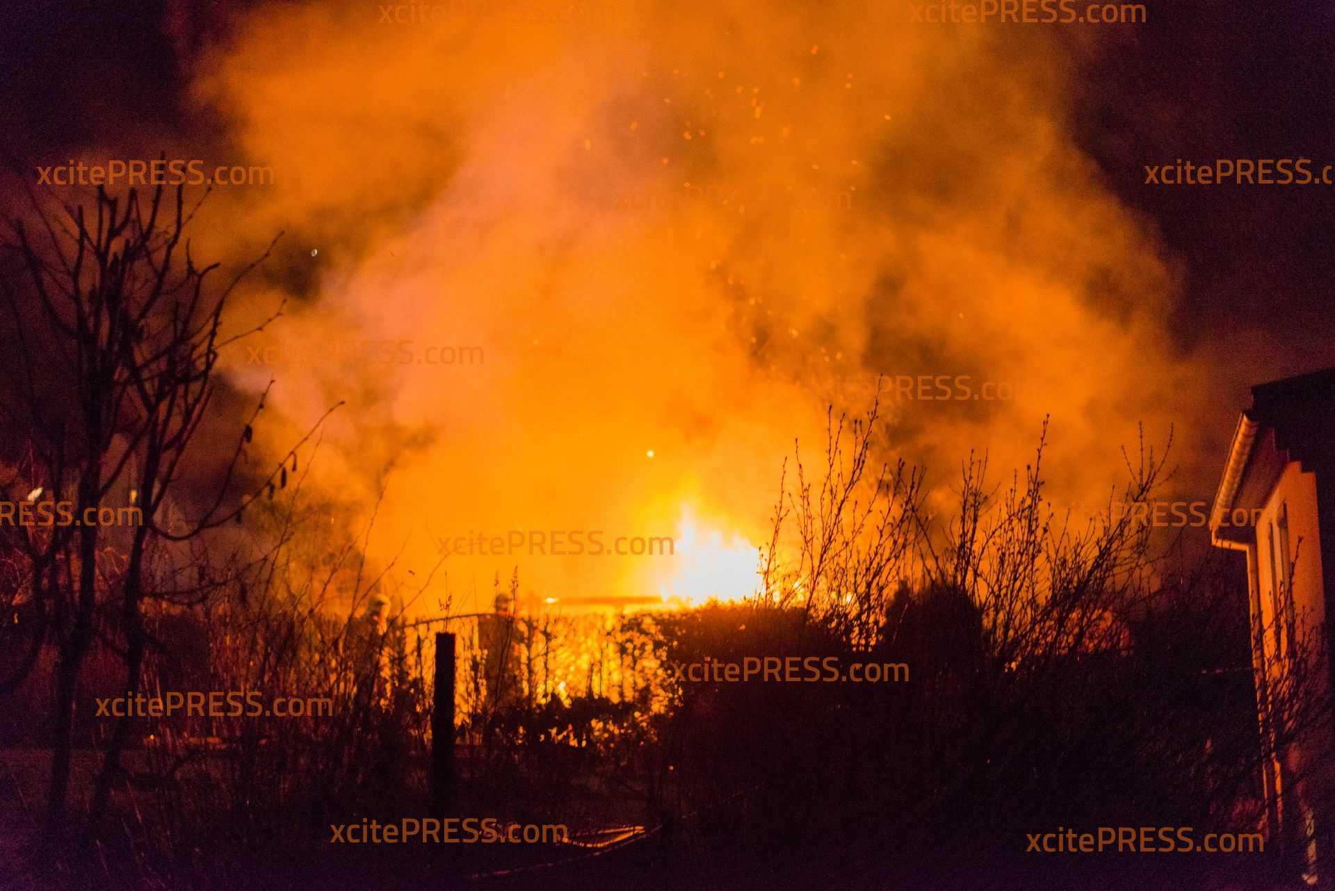 Schuppen brennt völlig nieder: Feuerwehr kann die Flammen schnell eindämmen