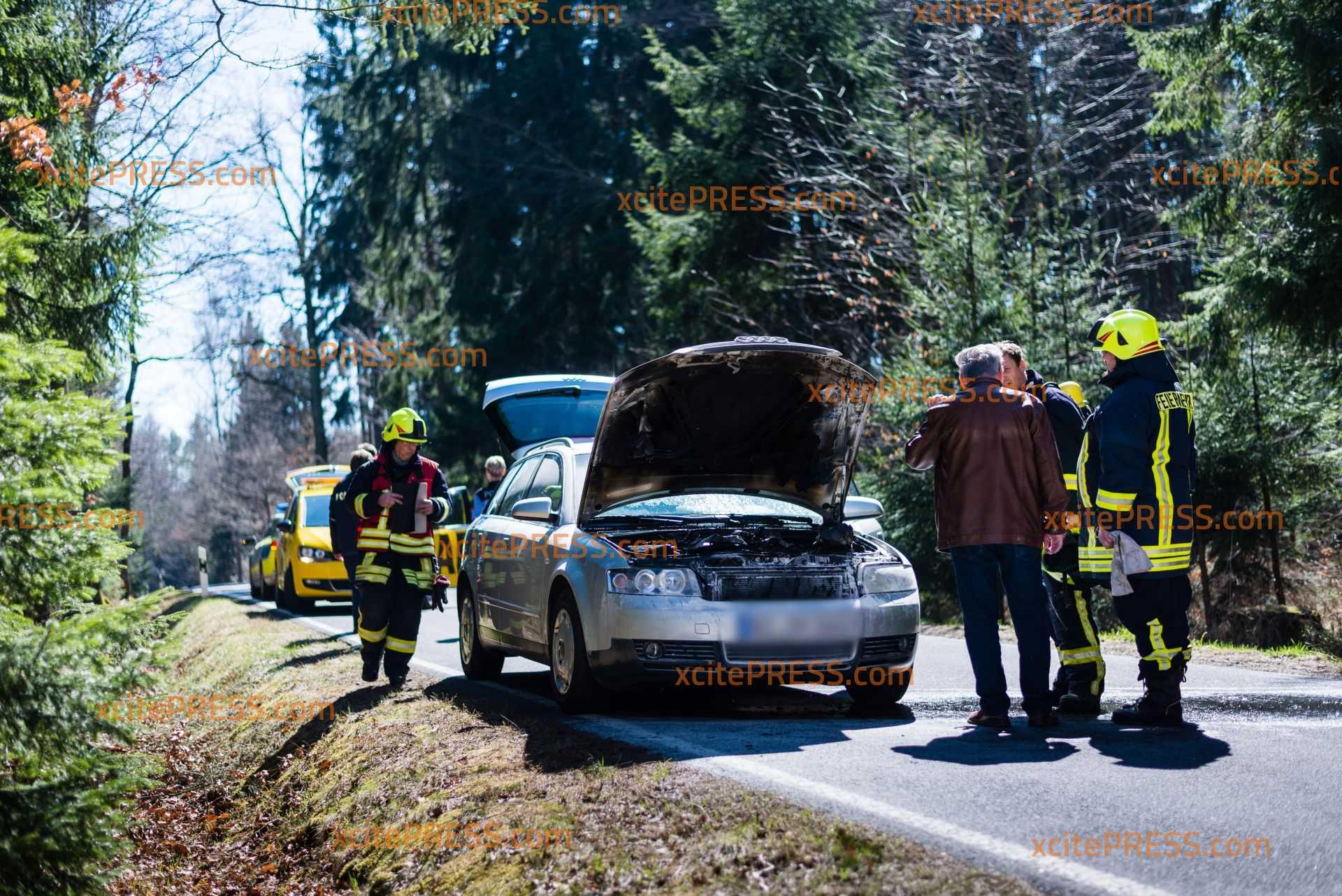 Auto gerät auf Landstraße in Brand: Pannendienst ist mit Feuerlöscher zur Stelle