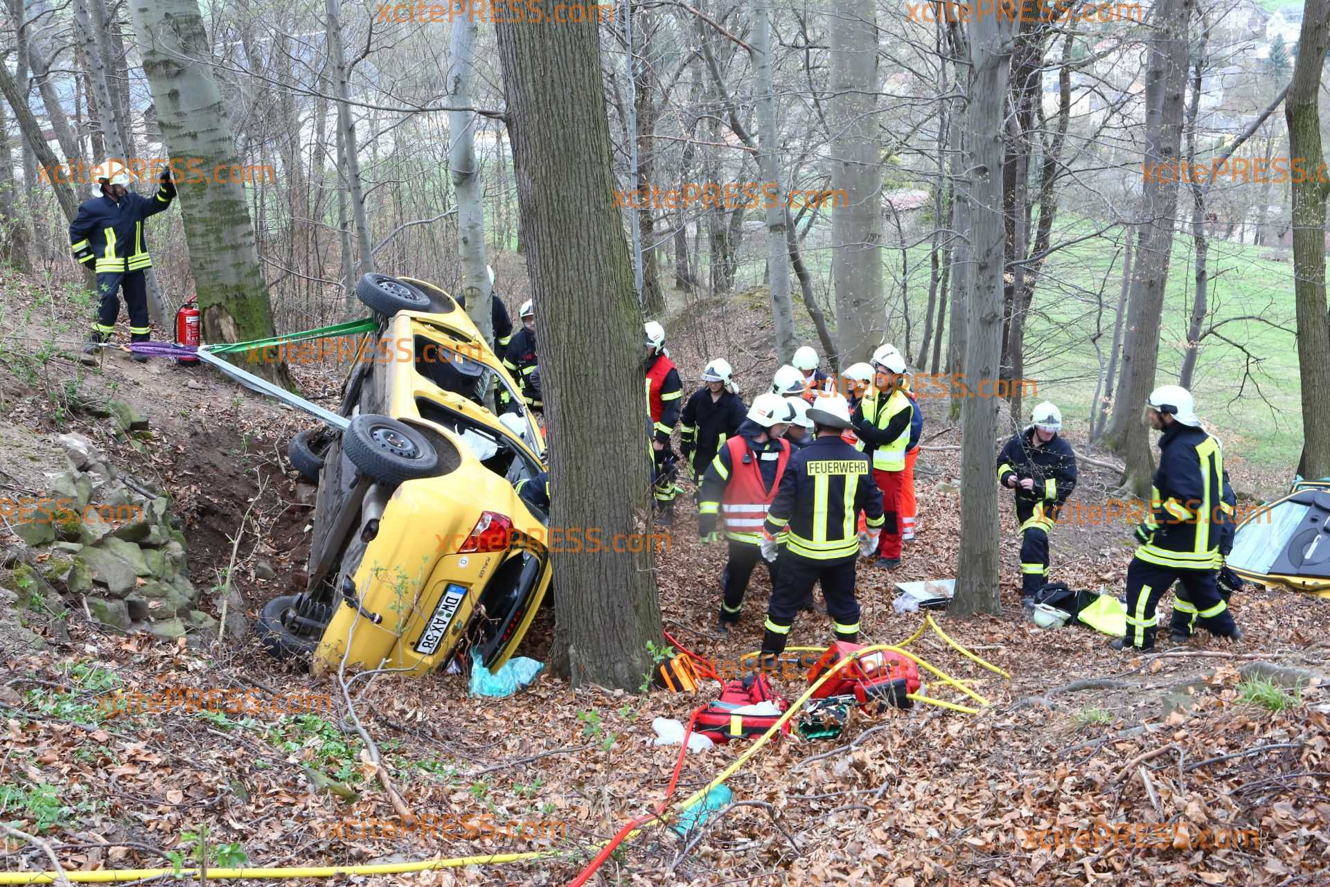 Auf gesperrter Strasse! Auto kracht in Baumgruppe: Feuerwehr muss Fahrer befreien