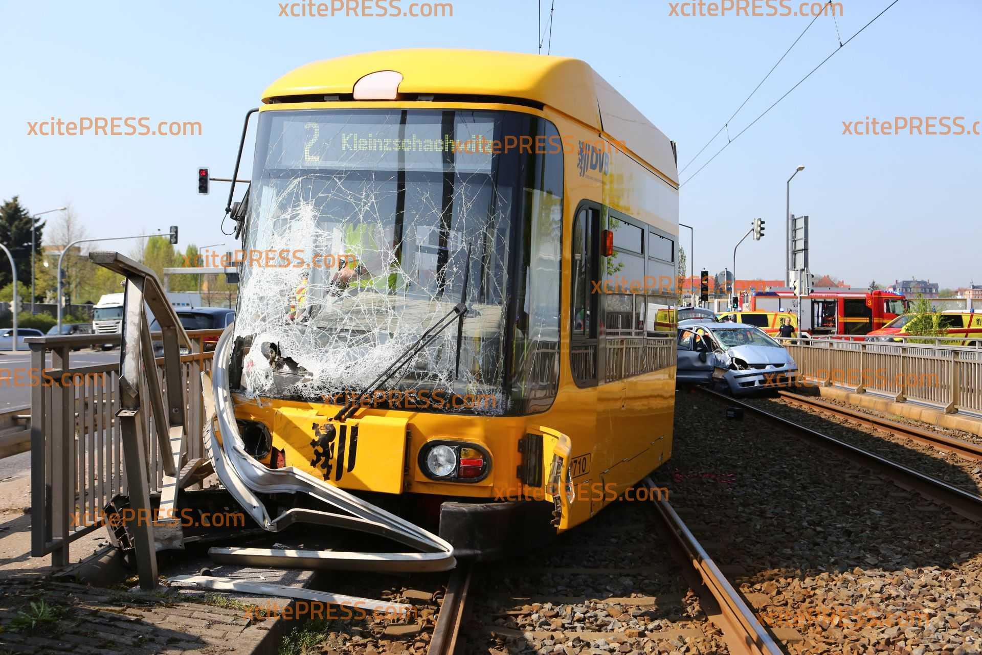 Schwerer Straßenbahnunfall: Tram kollidiert mit PKW: Straßenbahn kollidiert mit Brückengeländer und entgleist, mindestens 2 Verletzte