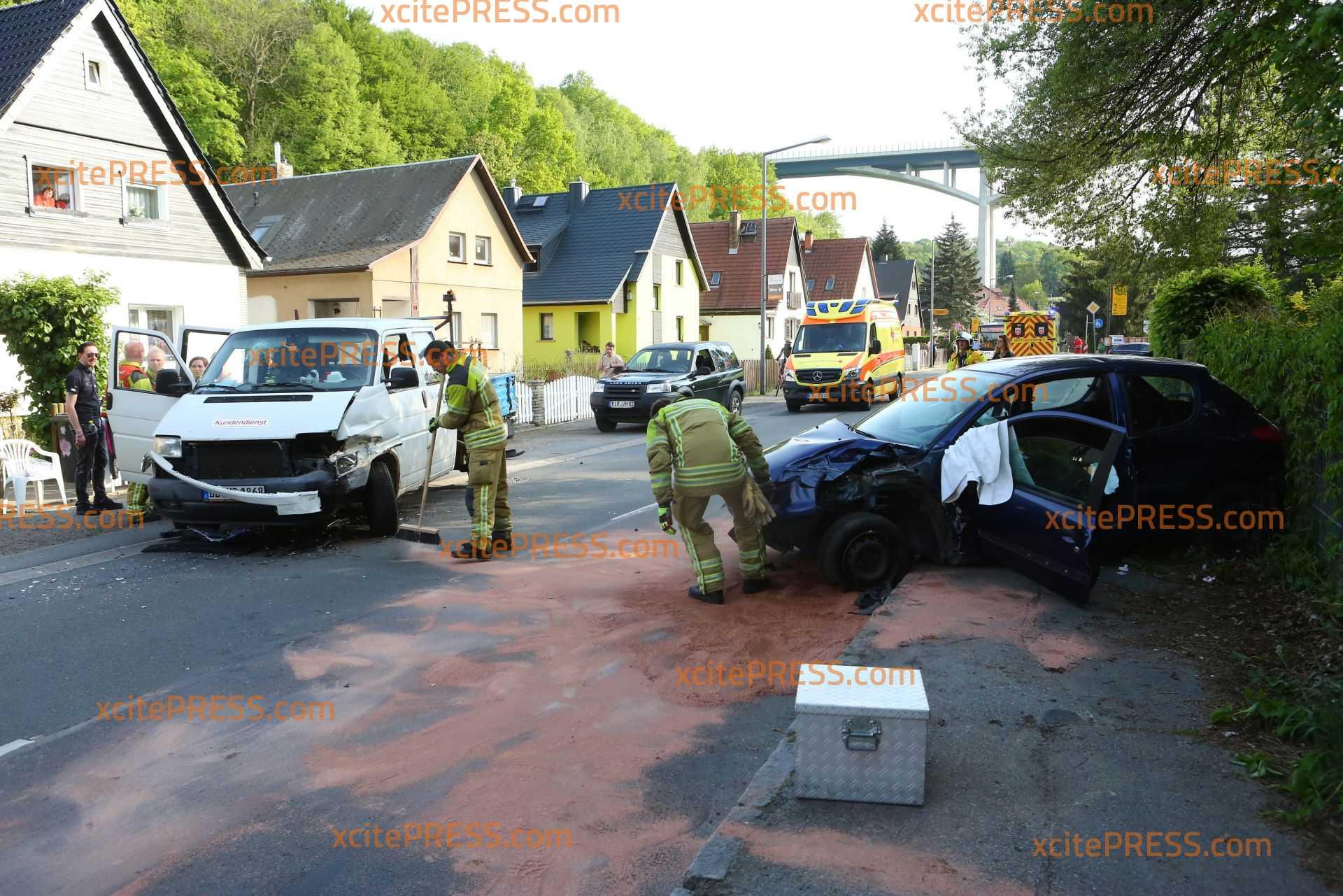 PKW in Gegenverkehr geschleudert:  5 Verletzte: Rettungshubschrauber und mehrere Rettungswagen im Einsatz