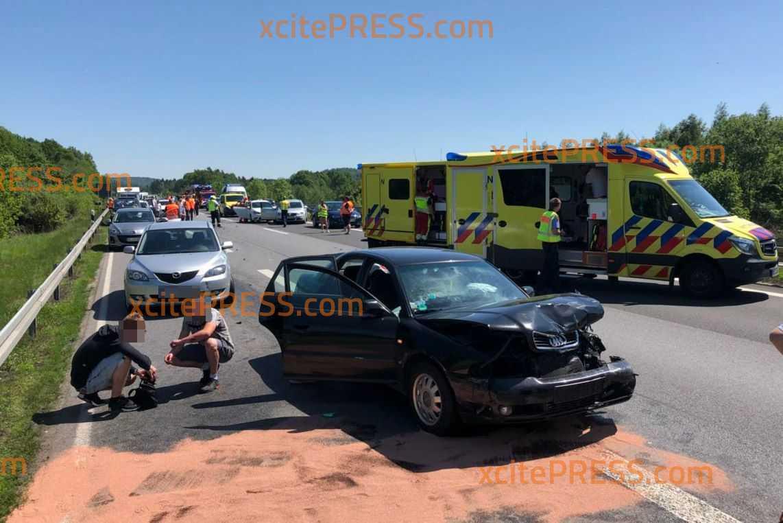 Massenkarambolage mit 7 Fahrzeugen, mehrere Verletzte: Dichter Stau durch Heimreiseverkehr, viele Familien müssen in Hitze ausharren