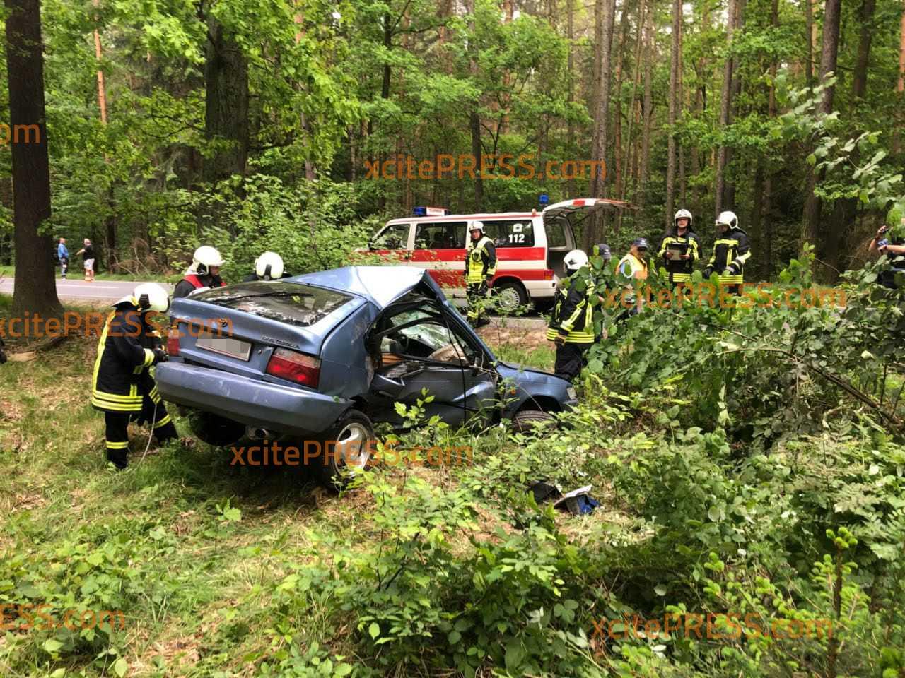 Schwerer Crash: PKW überschlägt sich und landet in Waldstück: Fahrer schwerstverletzt in Krankenhaus gebracht, Suche nach vermuteter zweiter Person eingestellt