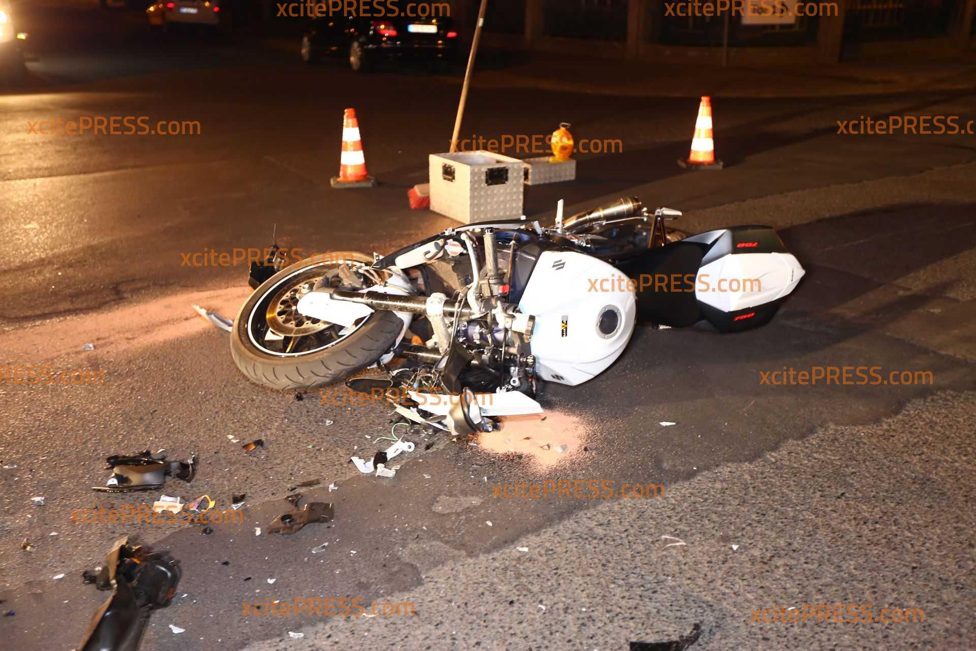 Vorfahrtscrash: Motorrad übersieht PKW: Kradfahrer schwer verletzt