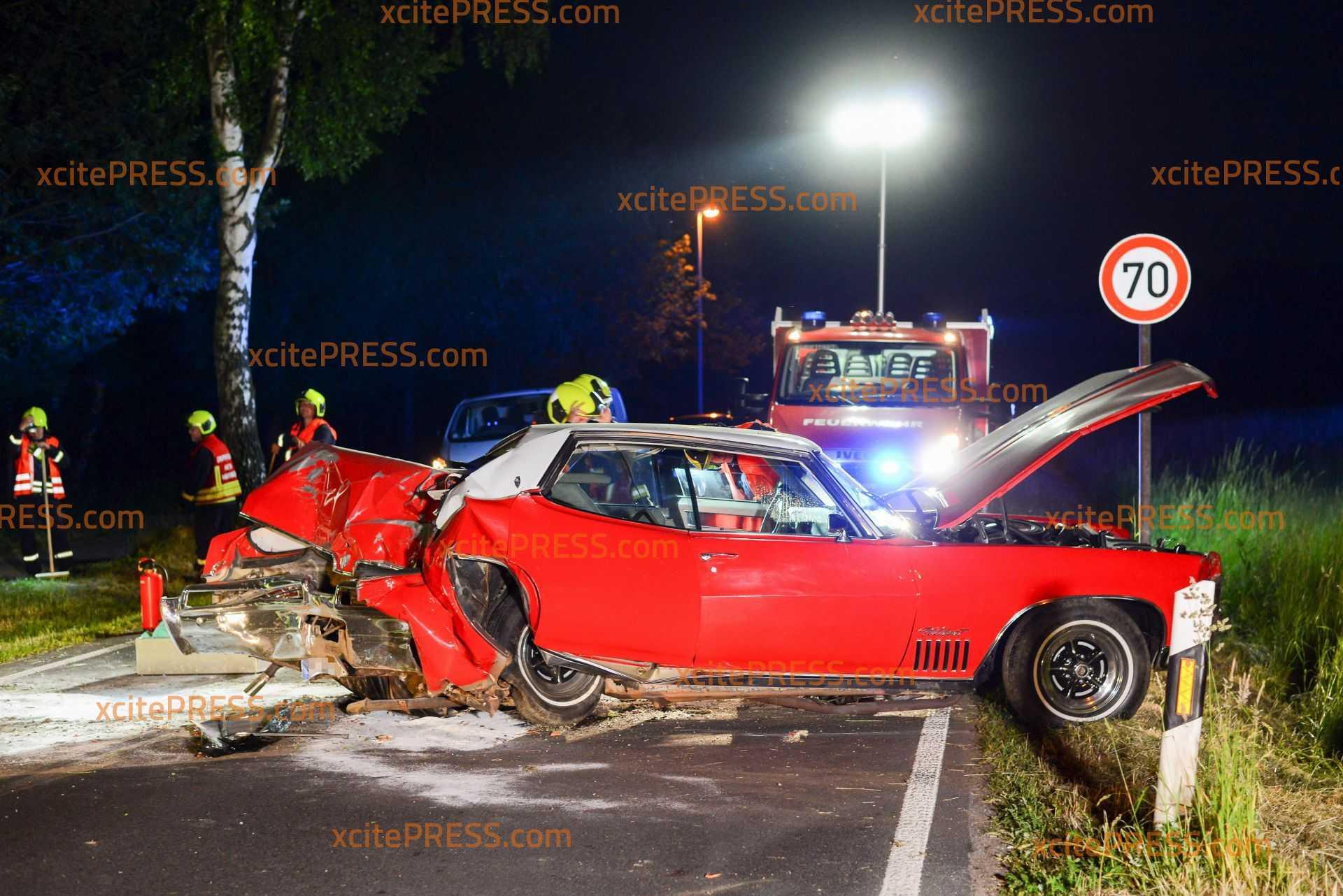 Ami-Schlitten kracht gegen Bäume - 1 Schwerverletzter: Fahrer mehr als doppelt so schnell wie erlaubt, Fahrzeug nicht zugelassen, meterlange Bremsspur