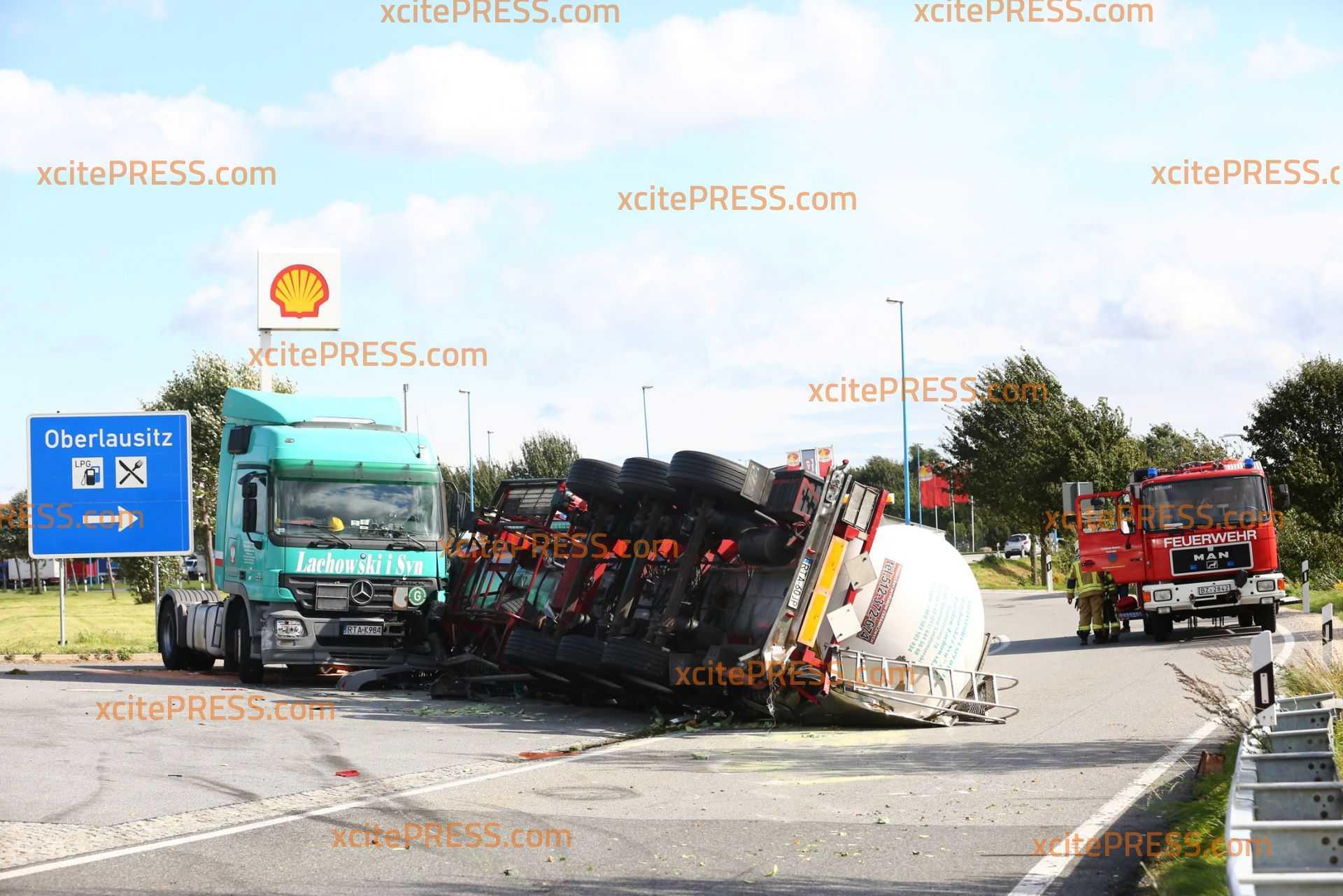 Durch Sturmböe?! LKW wird in Rasthof-Einfahrt umgeweht: LKW beladen - Fachberater hinzugezogen - Rasthof gesperrt