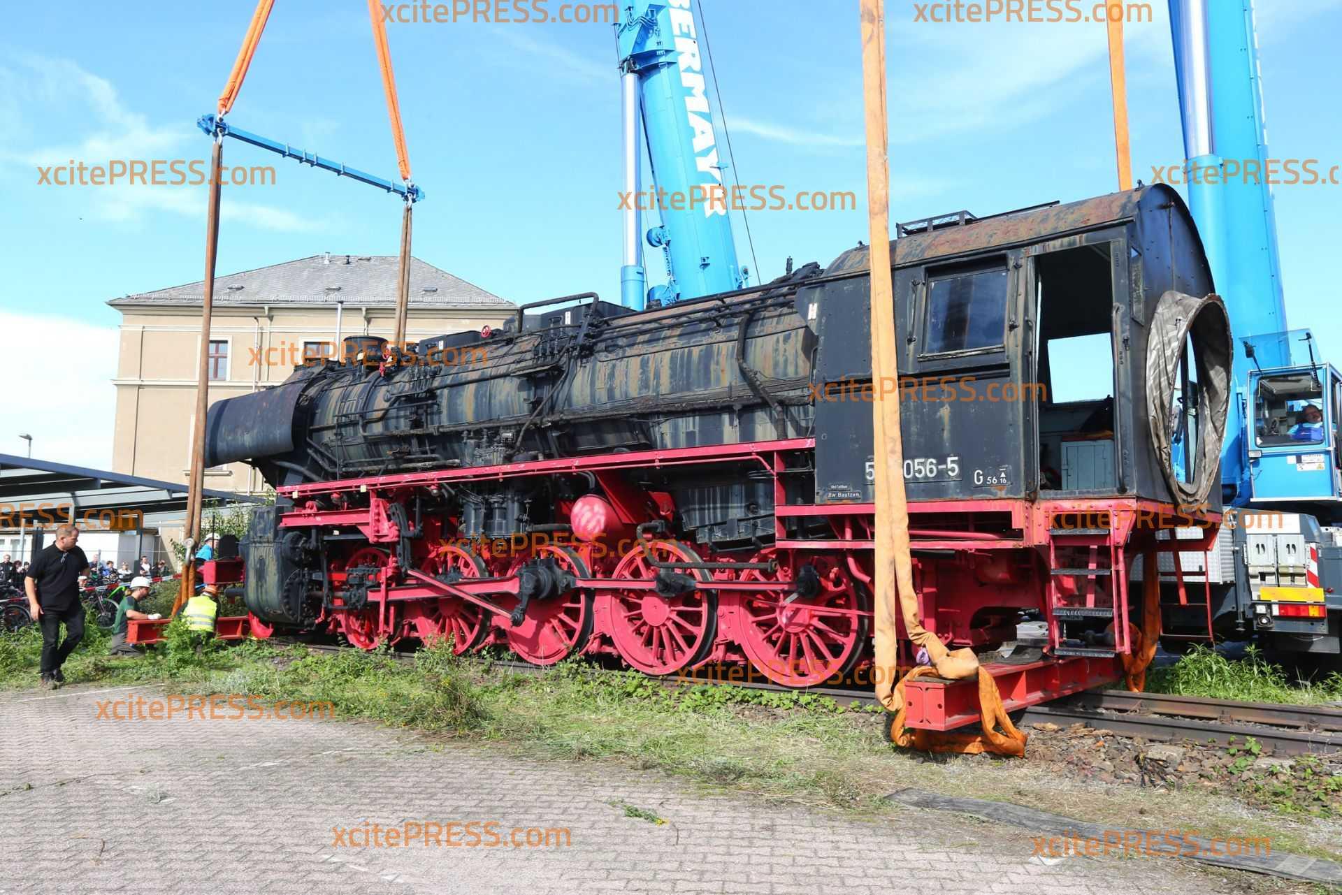Ein Wahrzeichen kommt aufs Abstellgleis: Bautzens historische Dampflok zieht um: Abtransport des tonnenschweren Kollosses mit schwerer Technik