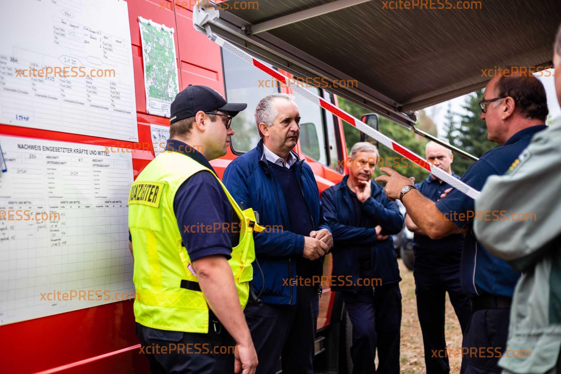 Waldbrand bei Schwepnitz größtenteils gelöscht: Minister verschafft sich Überblick vor Ort