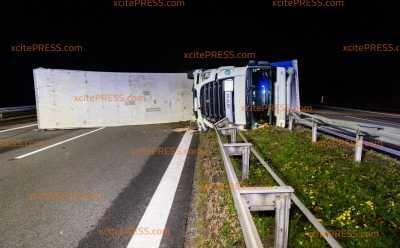 Unfallursache Müdigkeit! Trucker kippt auf Autobahn um: Fahrtrichtung Dresden im Berufsverkehr dicht, Richtung Görlitz einspurige Sperrung