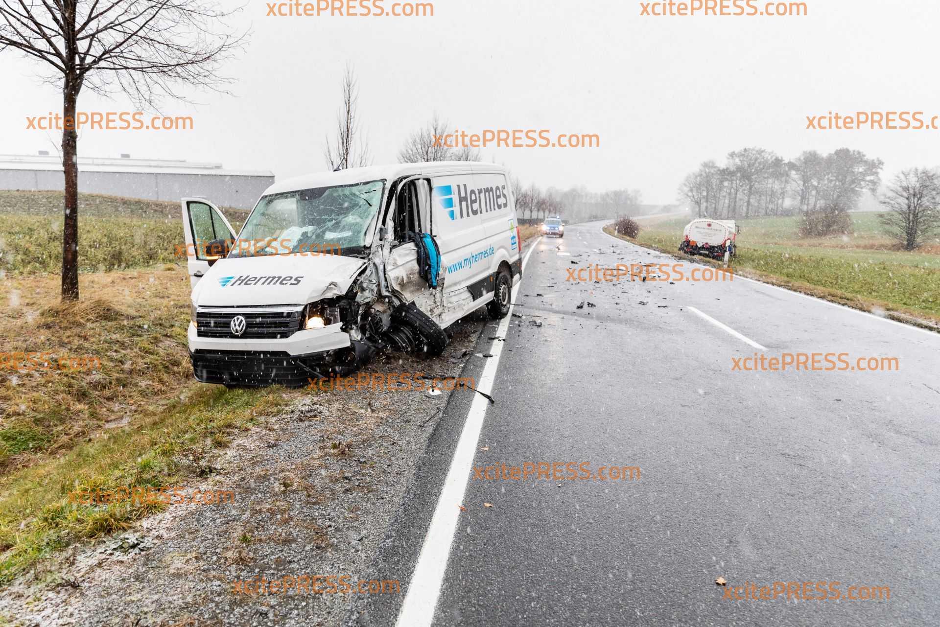 Unfallursache Schneeregen?! Transporter kracht gegen LKW: 2 Verletzte in Krankenhaus verbracht