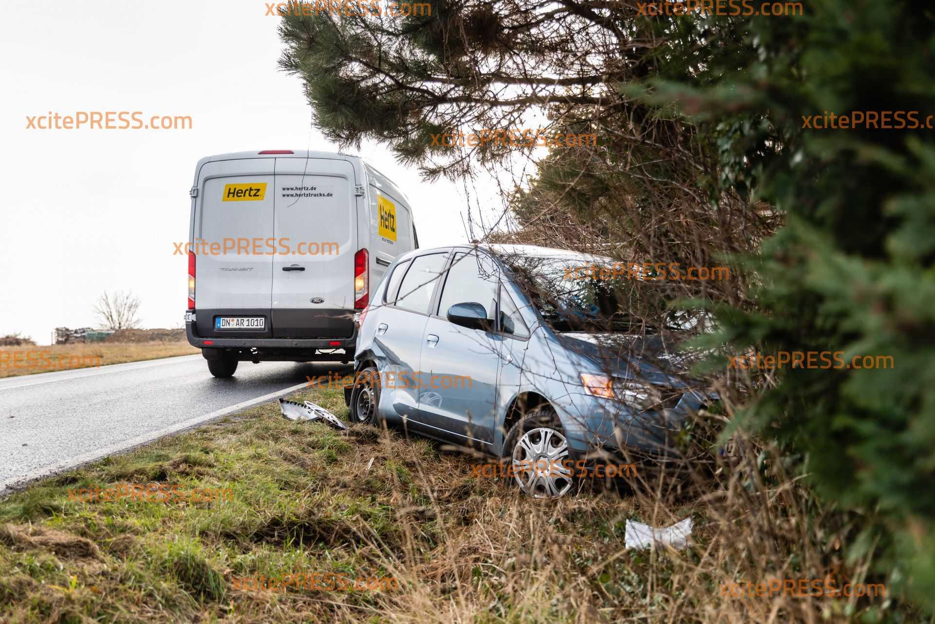 Vorfahrtsfehler führt zu Unfall zwischen Transporter und PKW: Auto landet in Hecke - zwei Personen verletzt