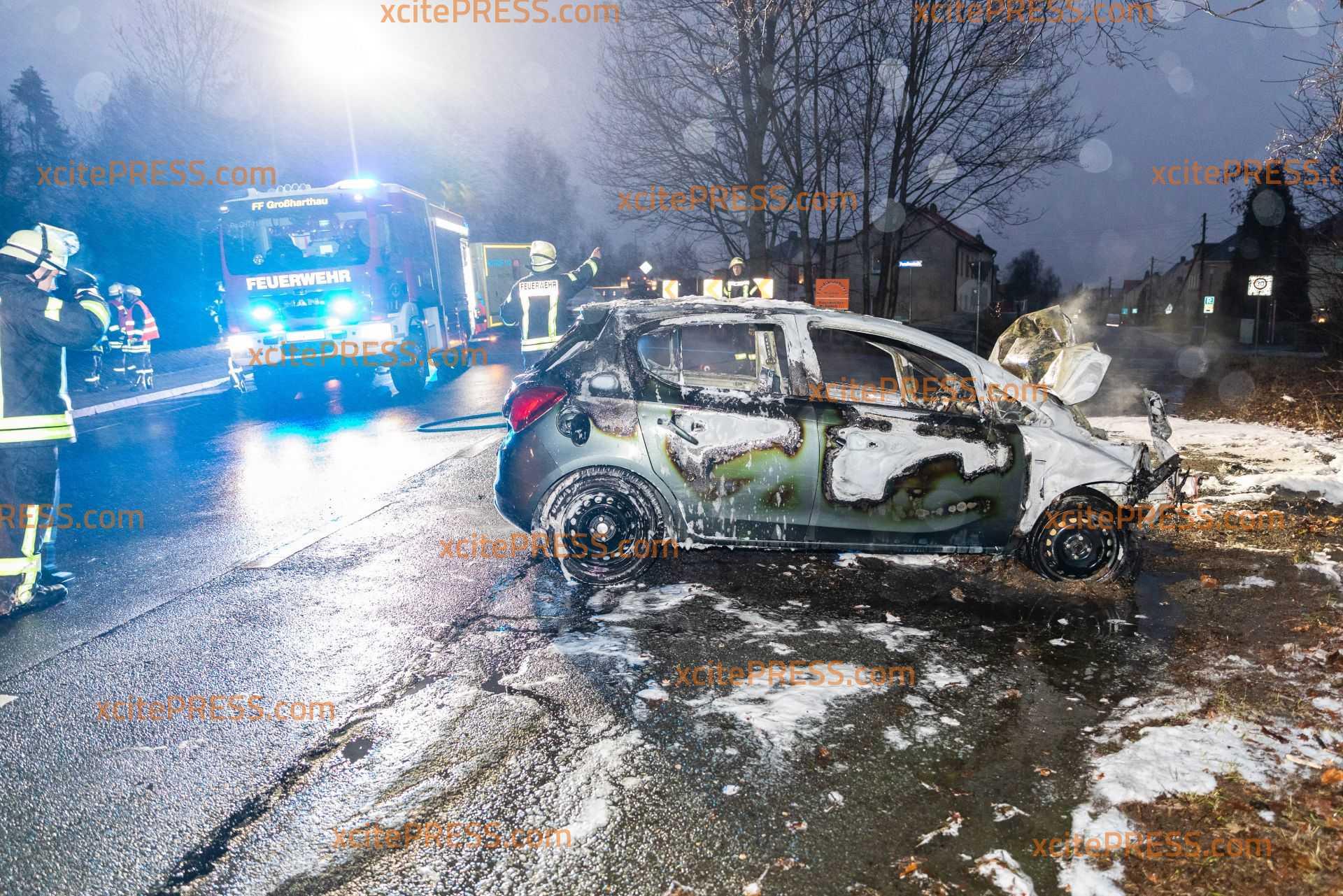 Auto kracht gegen Baum und geht in Flammen auf: Wagen brennt vollständig aus, Fahrer wird verletzt