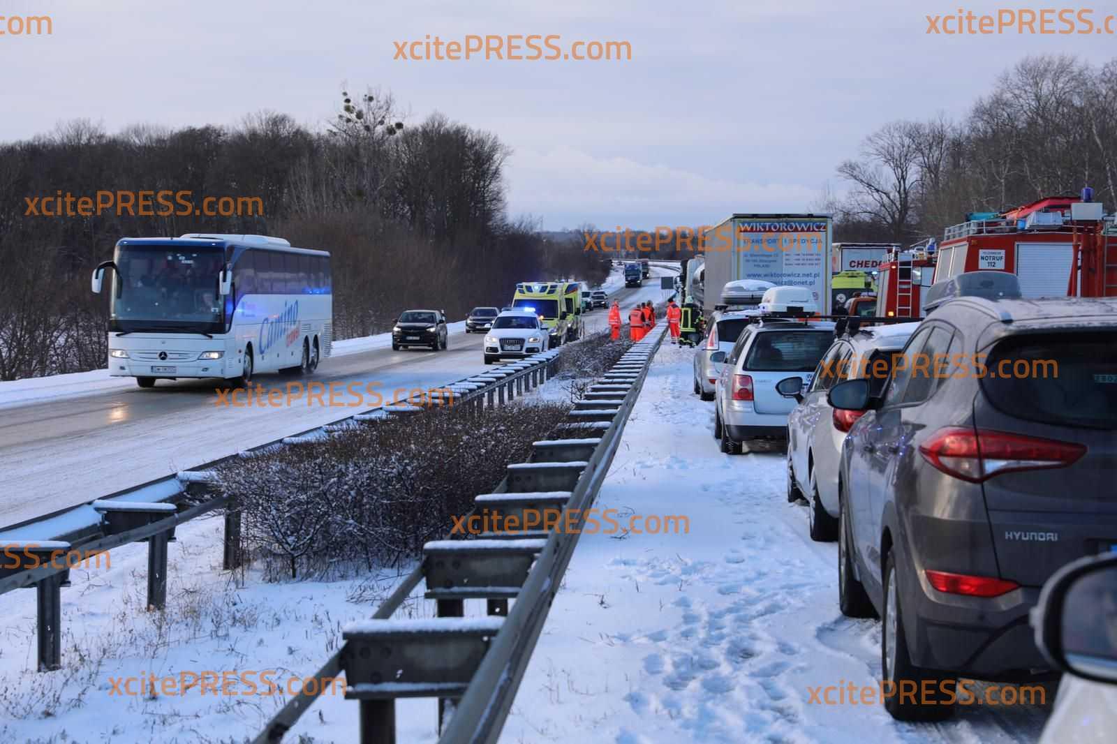 Glättechaos in Ostsachsen: Mehrere Fahrzeuge kollidieren auf Autobahn: Richtungsfahrbahn nach Dresden voll gesperrt