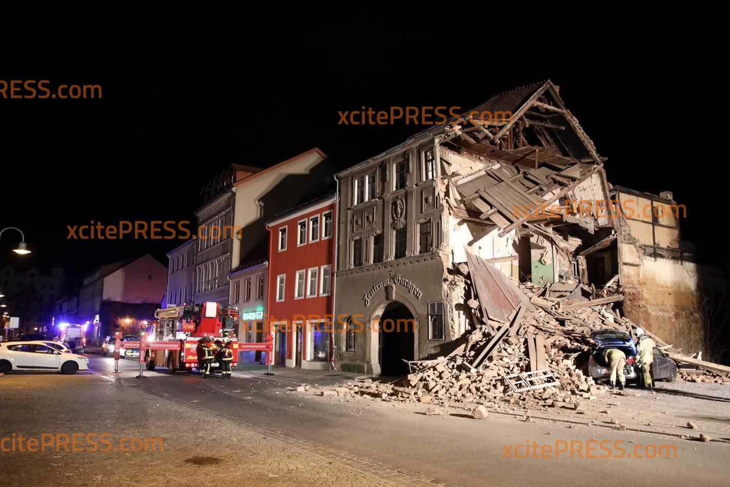 Leerstehendes Haus in sich zusammengekracht - Parkendes Fahrzeug völlig demoliert: Feuerwehr und Technisches Hilfswerk im Einsatz