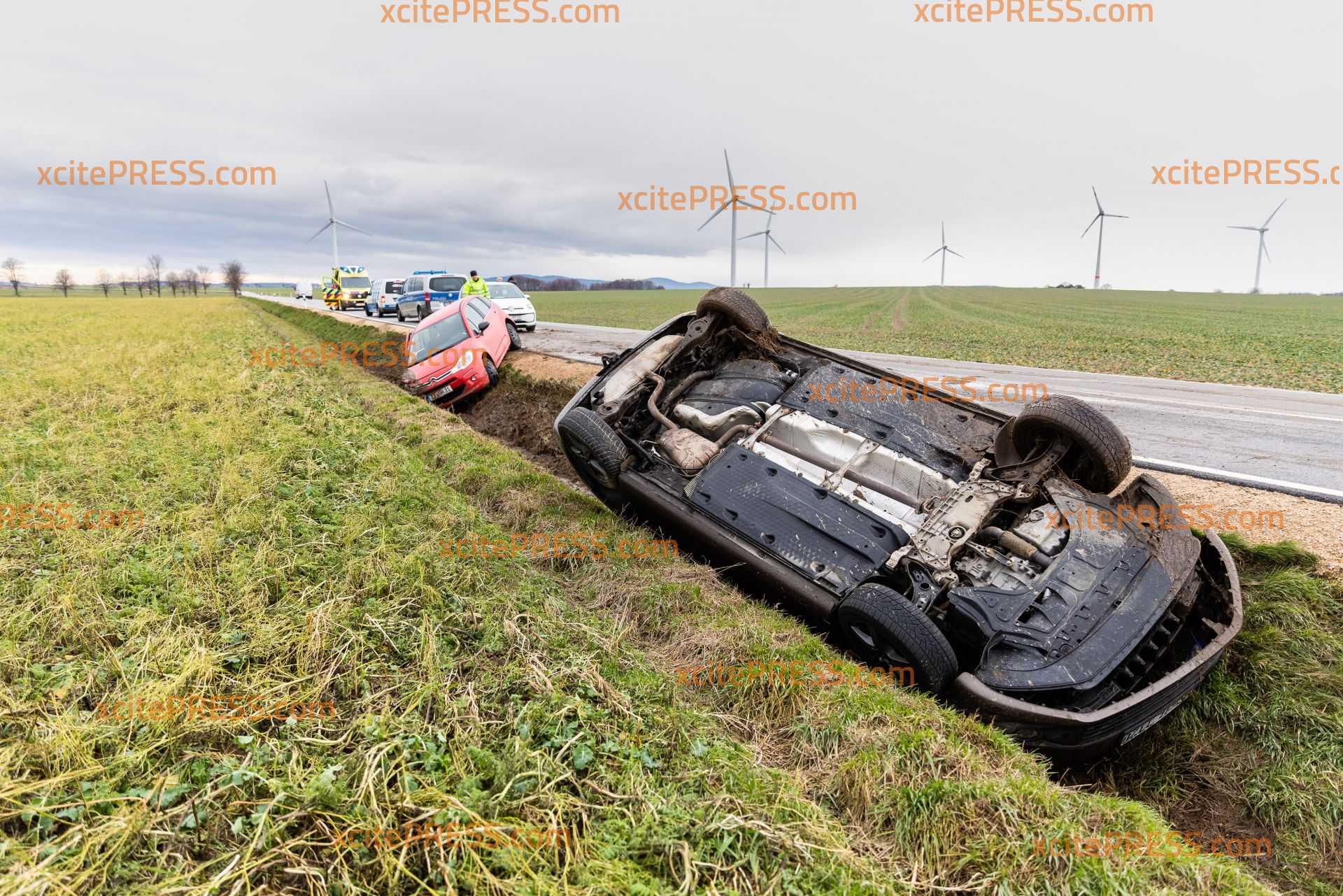 Auto landet nach Unfall auf dem Dach: Mindestens zwei Menschen werden dabei verletzt