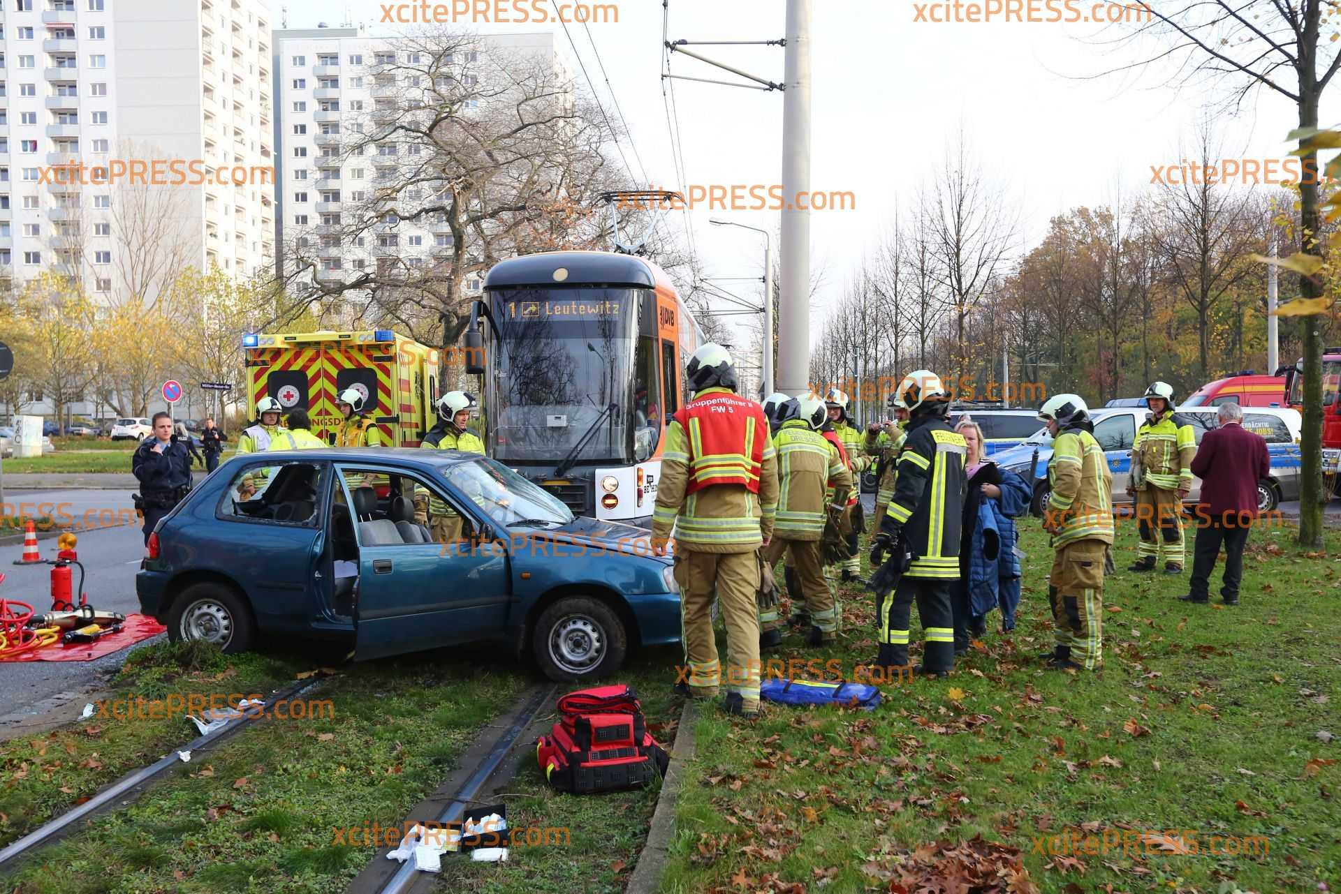 PKW übersieht Tram: Fahrerin (26) lebensgefährlich verletzt: Wagen mehrere Meter mitgeschleift - Tram mit Bremsassistent ausgestattet