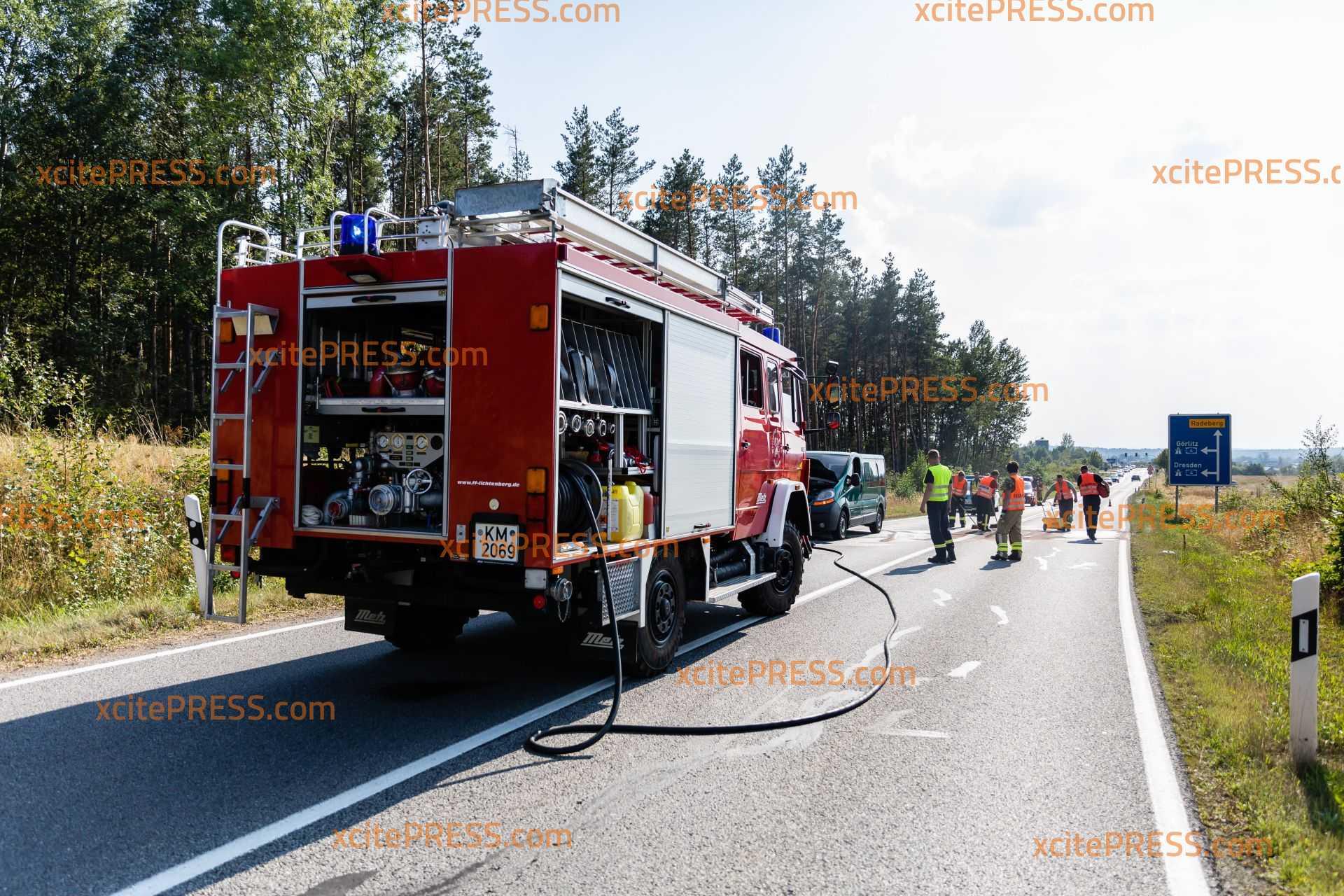 Transporter gerät während der Fahrt in Brand: Feuerwehr rückt an, S95 gesperrt