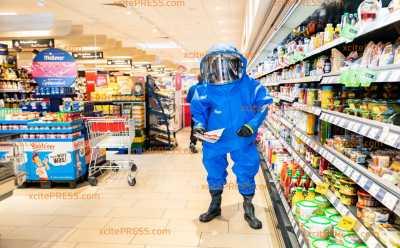 Chemie-Alarm im Supermarkt? Feuerwehr überrascht REWE-Kunden: Ungewöhnliche Werbeaktion in Pulsnitzer Supermarkt