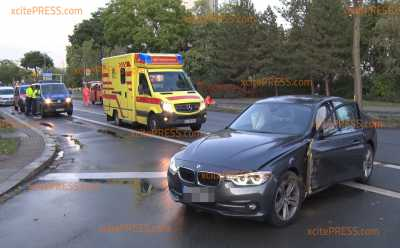 BMW kracht gegen Lichtmast: Fahrer verletzt in Krankenhaus gebracht