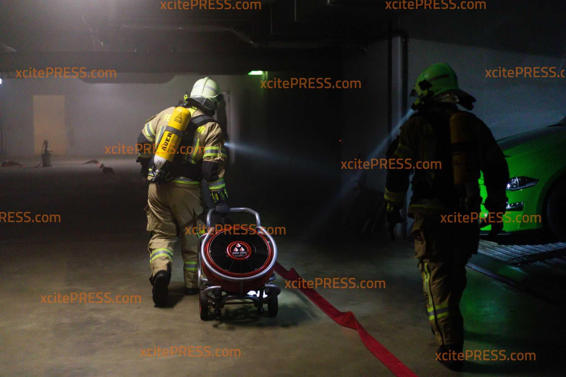 Feuerwehr übt Vorgehen bei Brand in Tiefgarage: Zahlreiche Schaulustige verfolgen das Geschehen