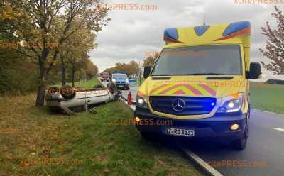 PKW überschlägt sich auf regennasser Straße: 2 Personen verletzt: Rettungshubschrauber im Einsatz