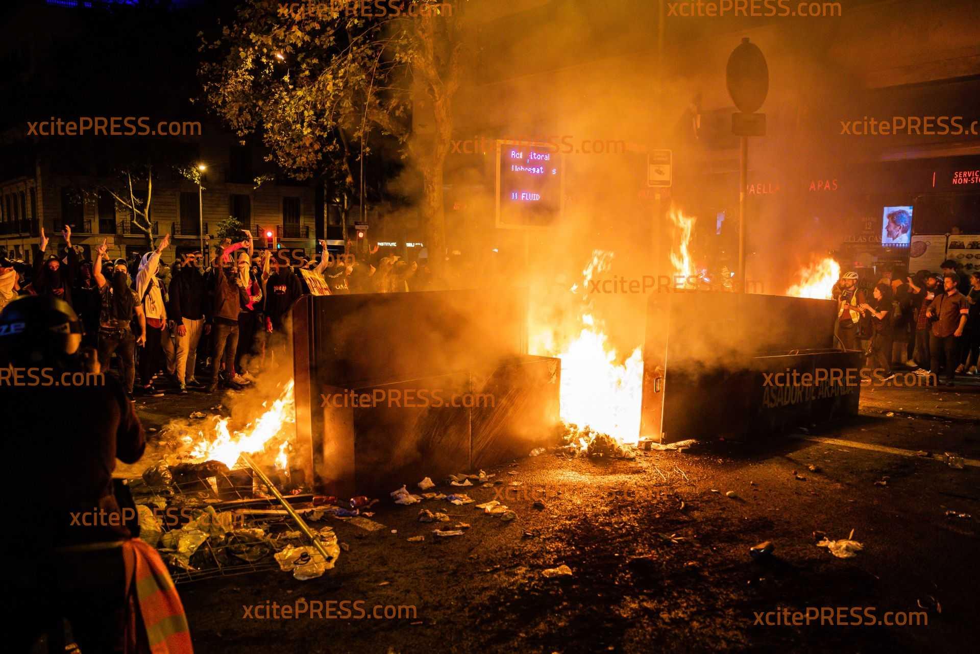 Vermummte Zündeln und bauen erneut Barrikaden auf - Keine Ruhe für katalanische Hauptstadt: Polizei scheint machtlos gegen Demonstranten, Feuerwehr bei Löscharbeiten attackiert, Gummigeschosse eingesetzt