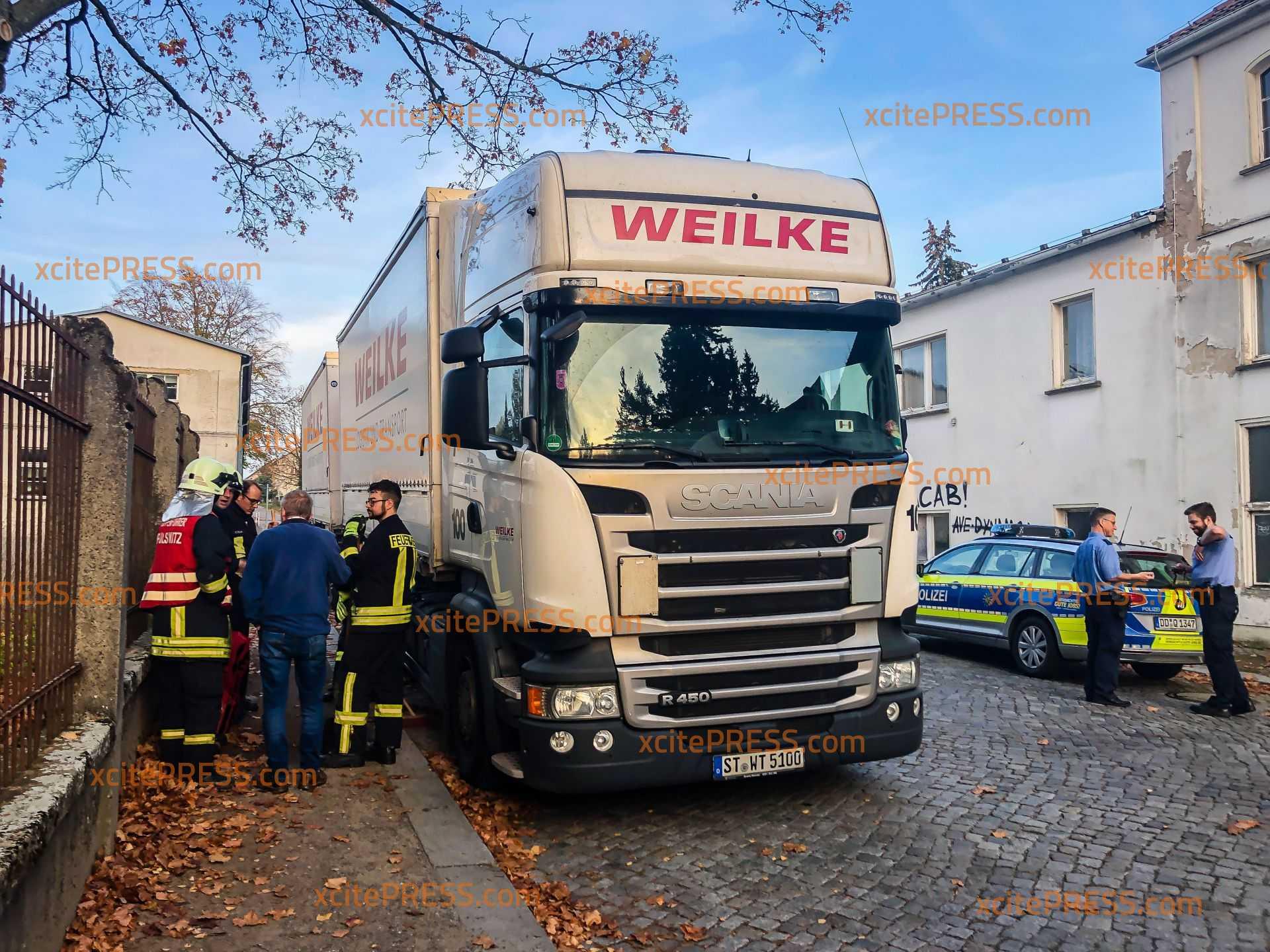 Mitten am Tag: Dreiste Diesel-Diebe zapfen  LKW-Tank leer: Feuerwehr muss anrücken, weil jede Menge daneben geht