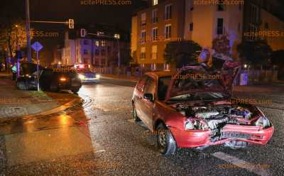 Zwei Verletzte nach Kreuzungscrash: Toyota und VW kollidieren offenbar nach Vorfahrtsfehler