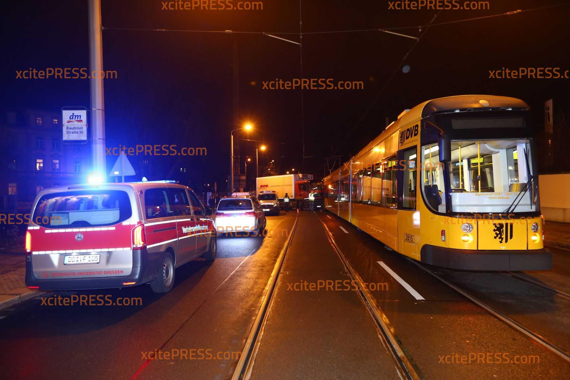 LKW kracht in Tram: Glücklicherweise nur eine Person verletzt: Führerhaus komplett demoliert - Mehr als 100.000 Euro Sachschaden