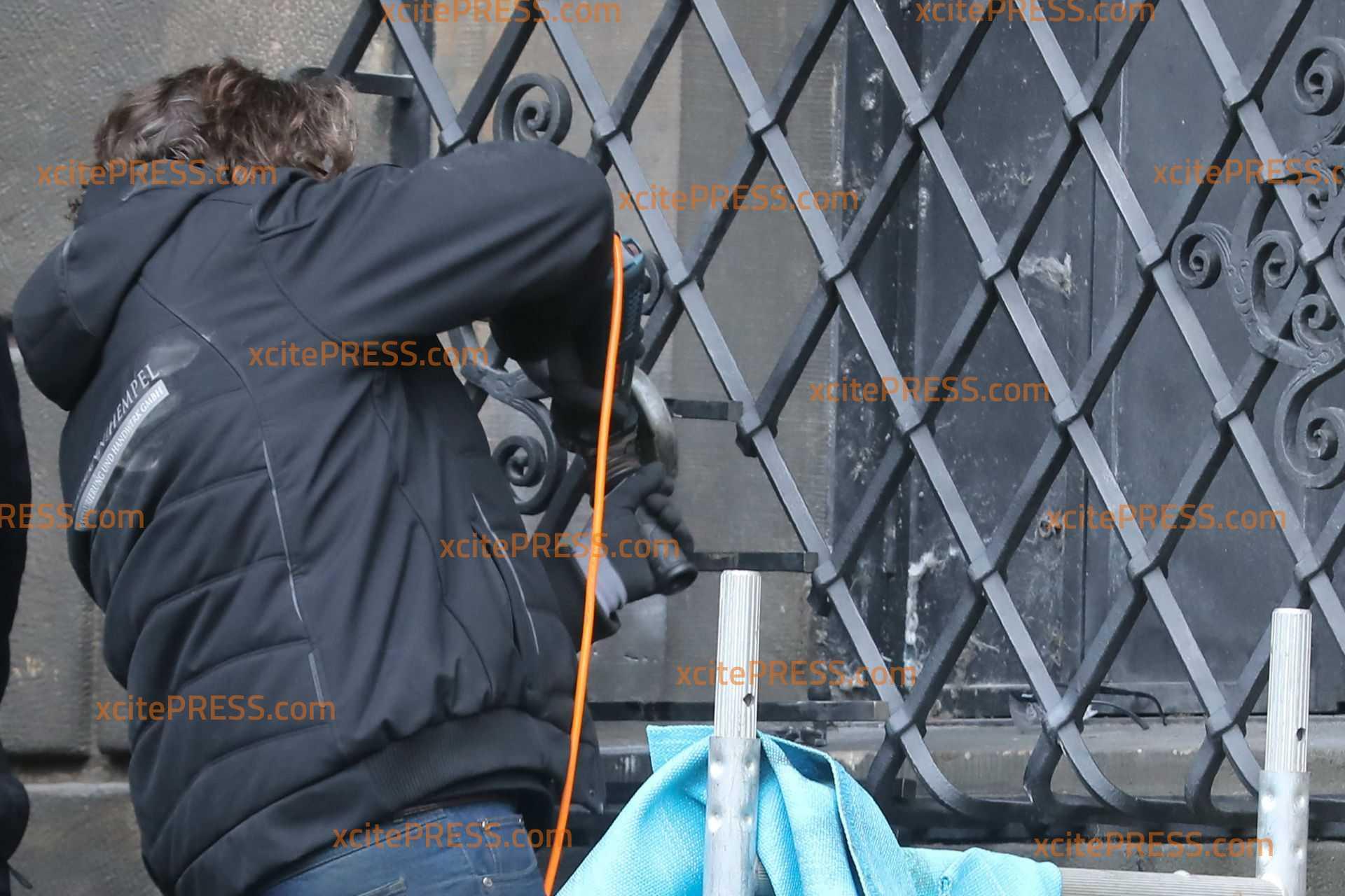 Instanzsetzungsarbeiten nach Millionen-Coup an Außengitter von Grünem Gewölbe: Metallbauer schweißen das Einstiegsloch zu