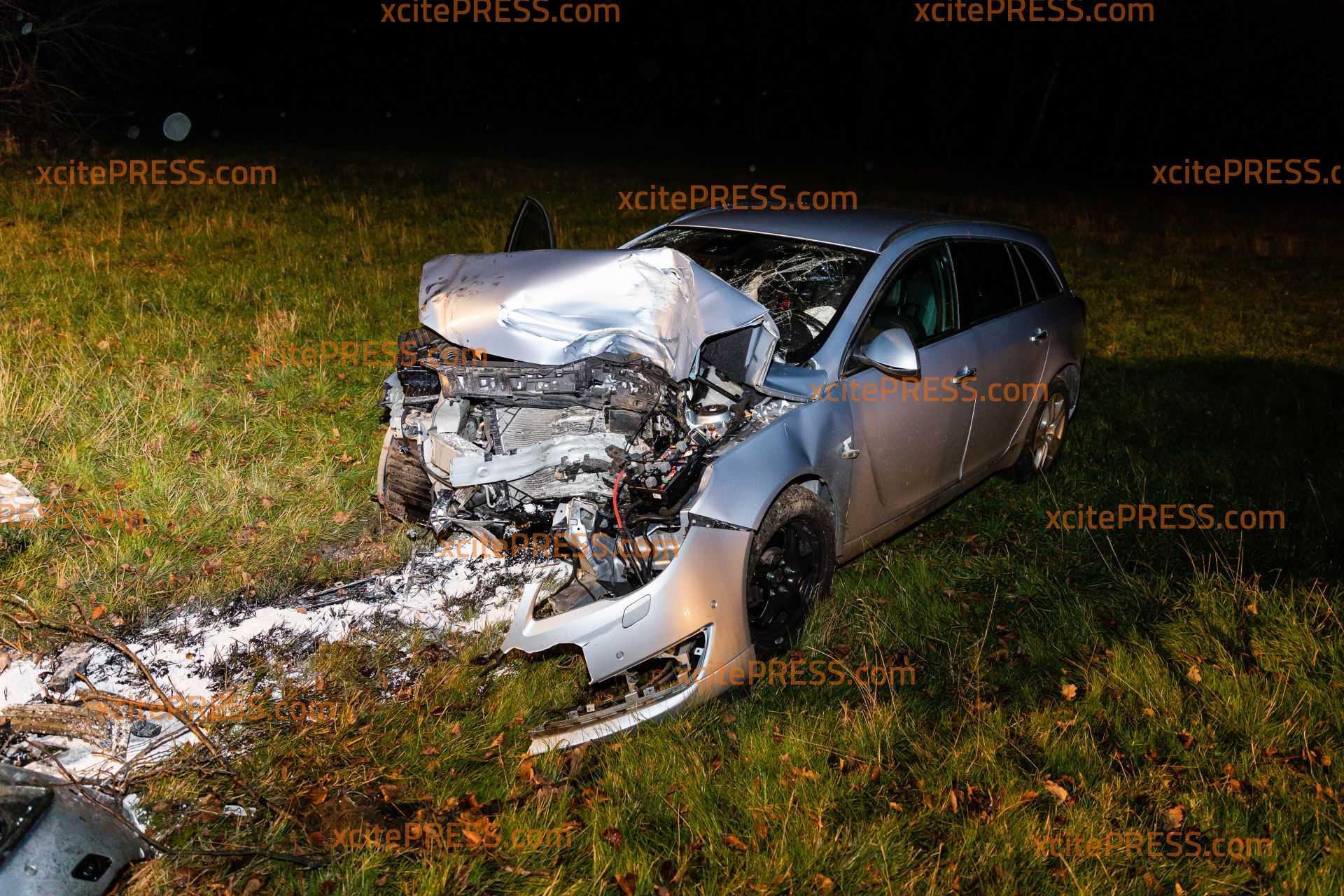 Auto kommt von Straße ab und kracht gegen Baum: Fahrer ist offenbar eingeschlafen