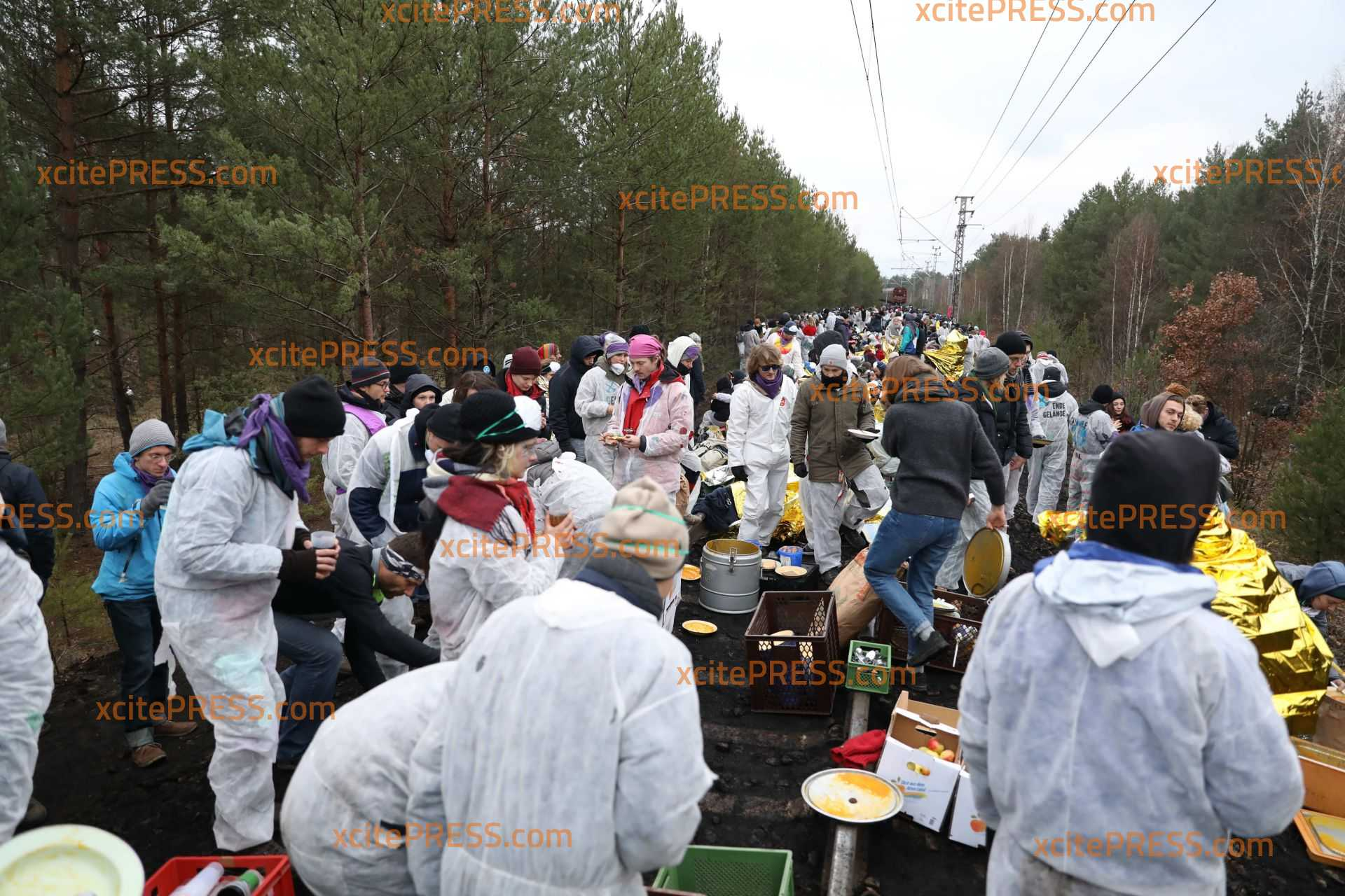 Aktivisten besetzen Gleise bei Jänschwalde - offenbar bereiten sie sich auf lange Nacht vor: 300 Personen seit dem Vormittag noch immer vor Ort