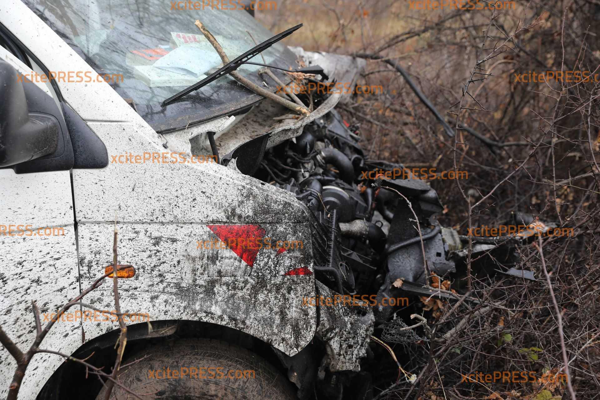 Transporter kommt von Fahrbahn kollidiert mit Baum: 1 Verletzter