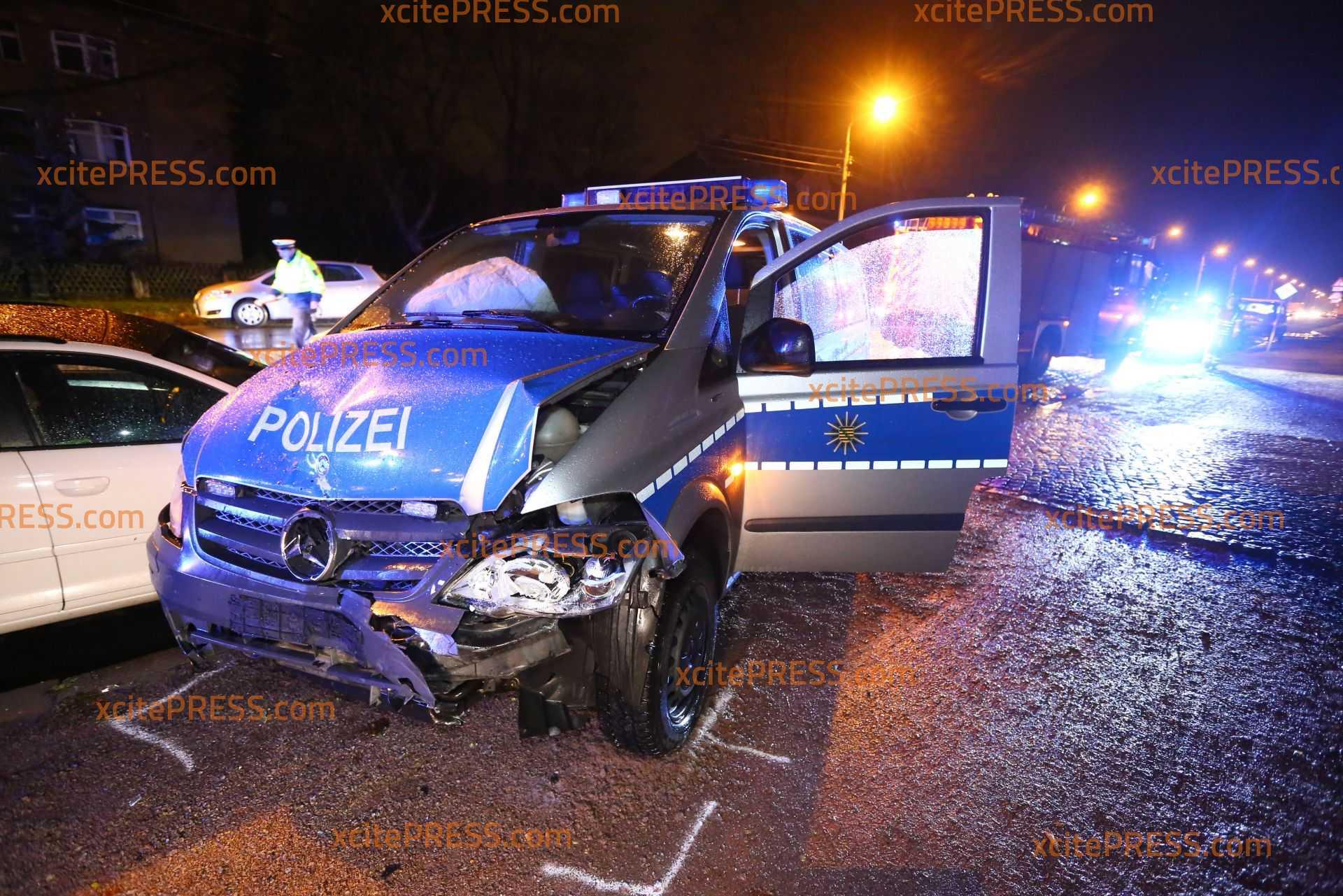 Crash auf Einsatzfahrt: Drei Verletzte nach Unfall mit Polizeifahrzeug