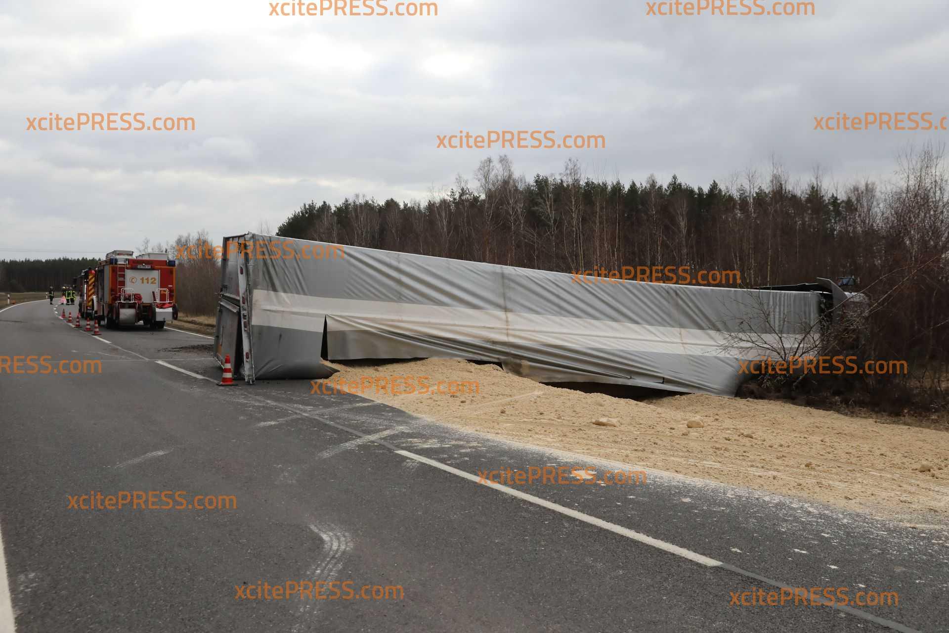 Lkw kommt von Straße ab und kippt um: Fahrerin und Beifahrerin verletzt - Bundesstraße gesperrt