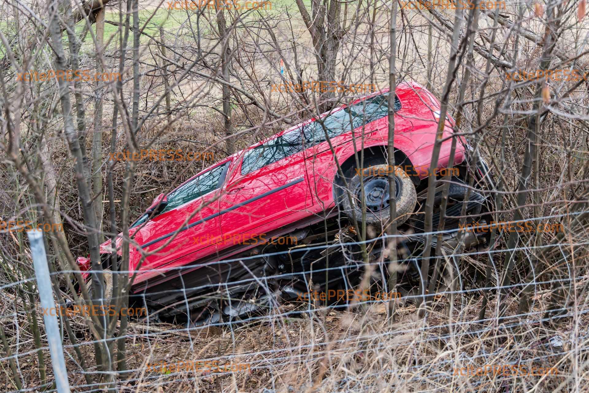 Caddy kommt von der Fahrbahn: PKW landet im Gestrüpp: Mehrere Leichtverletzte