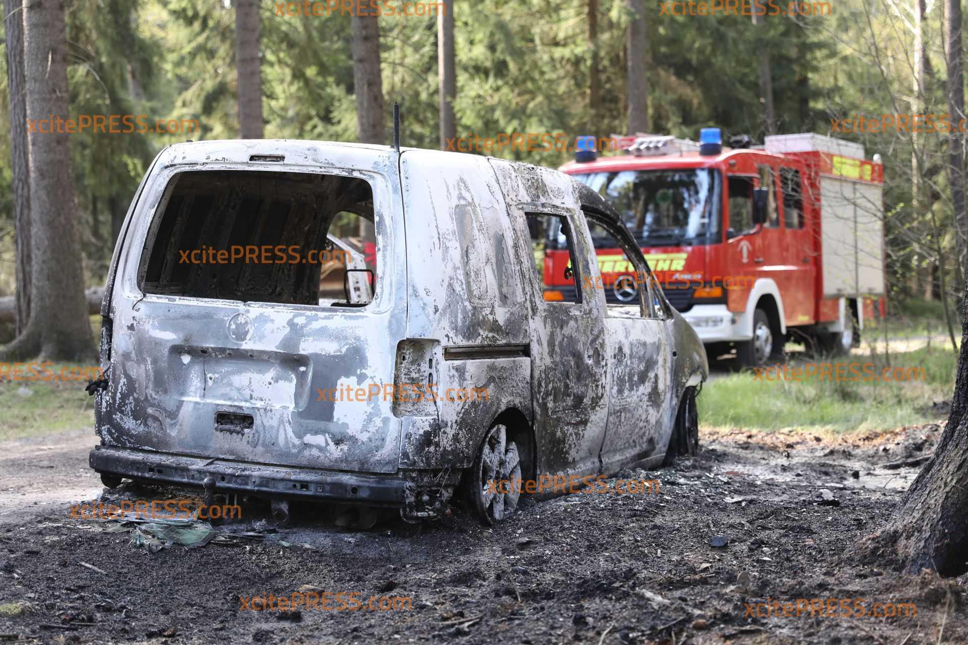 Ominöser PKW-Brand auf Waldweg: Fahrzeuginsasse rettet sich mit schwersten Brandverletzungen nach draußen