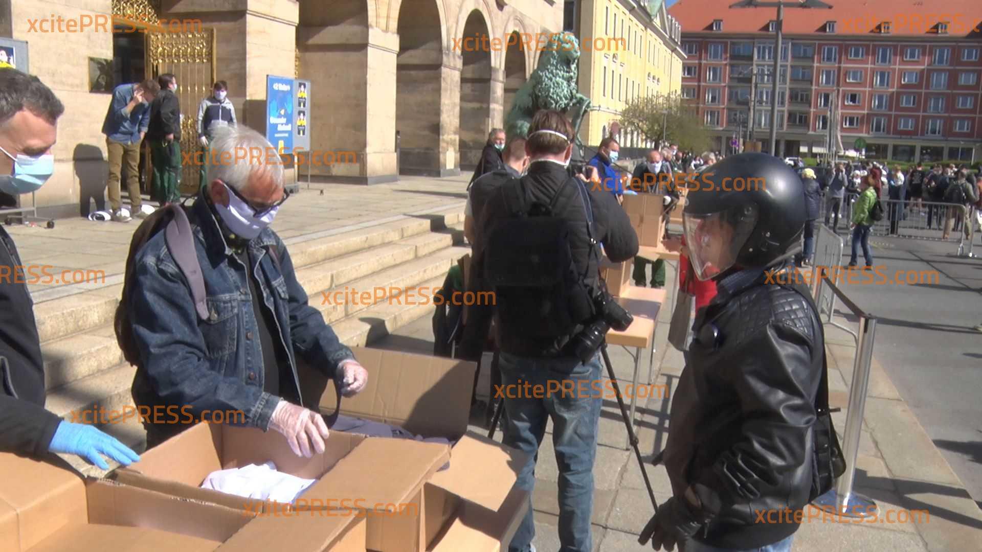 Wegen Maskenpflicht: Stadt verteilt kostenlos Mund-Nase-Bedeckungen für Dresdnerinnen und Dresdner: 200 000 textile Schutz-Bedeckungen werden bereits gehalten