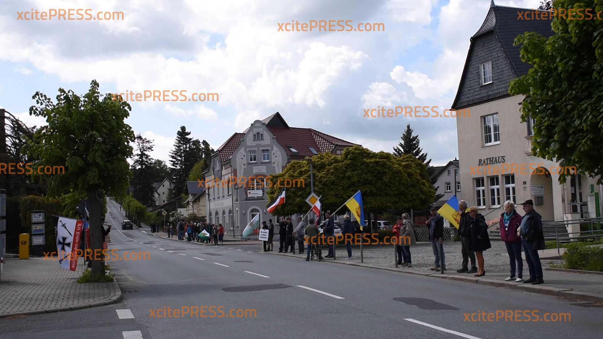 Wieder Corona-Protest an B96: Auch Reichskriegsflaggen bei stiller Demonstration