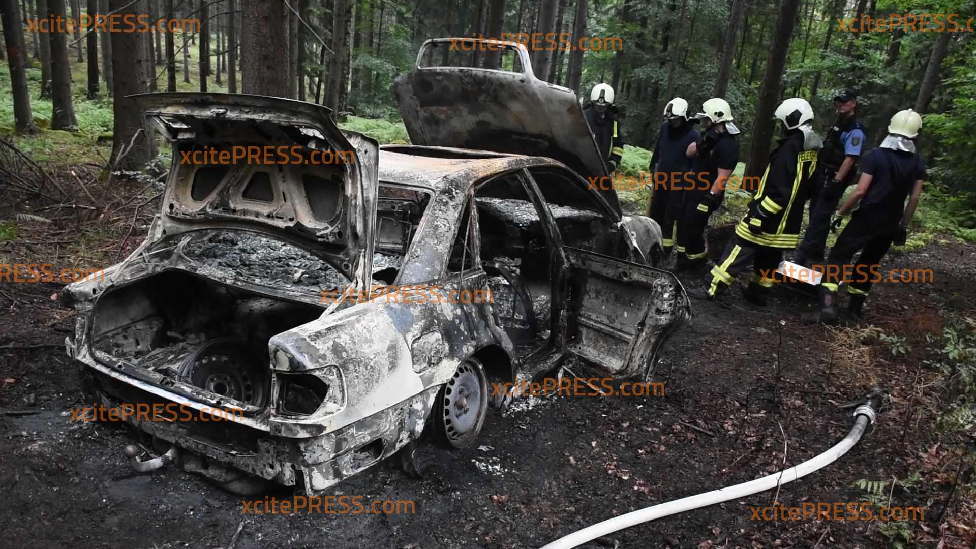 PKW im Wald nach Klau abgefackelt?! - Wrack muss mit schwerem Gerät geborgen werden: Kripo ermittelt