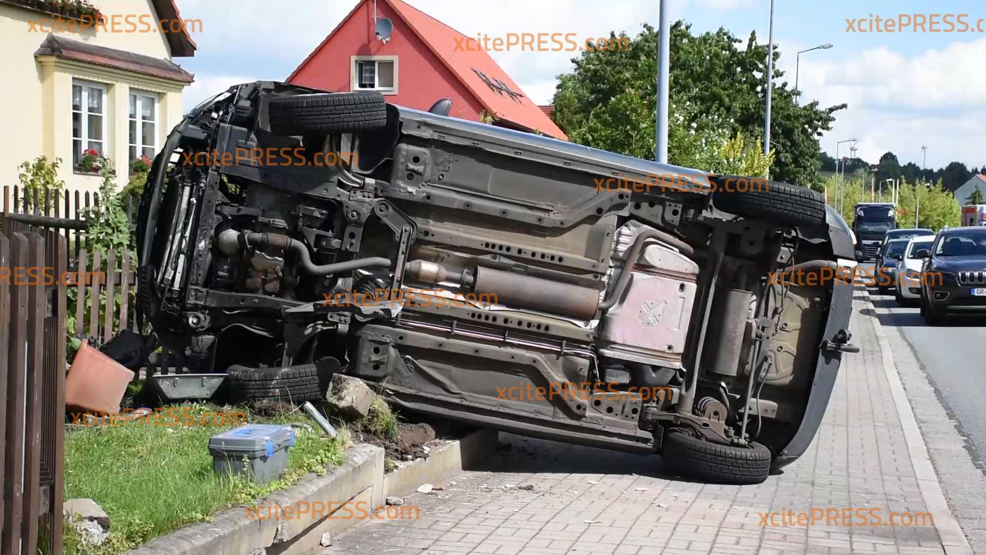 Vier Personen verletzt: PKW überschlägt sich nach schwerem Crash: Ursache möglicherweise Vorfahrtsfehler