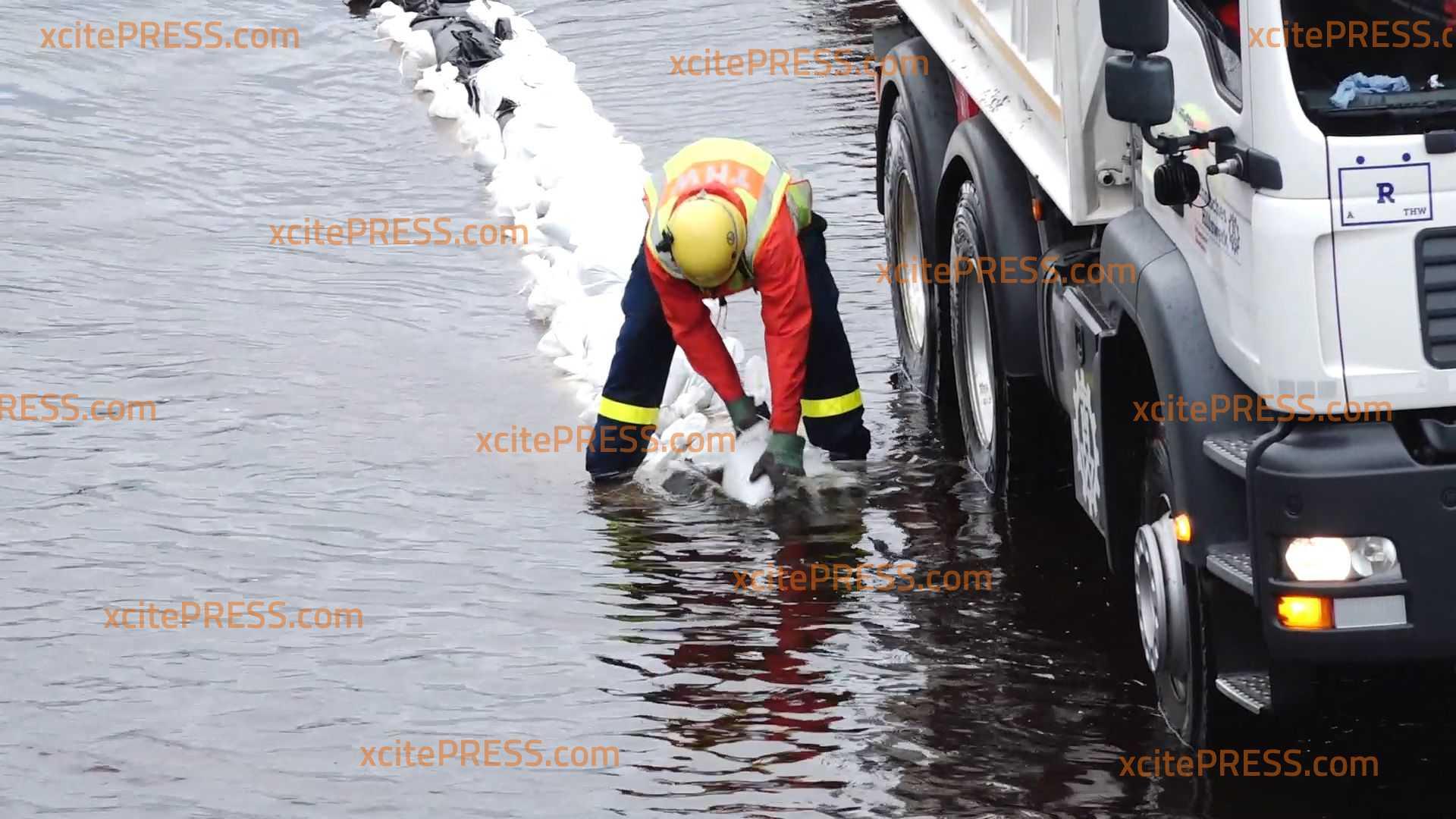 Unwetter überflutet die Autobahn 8 - Feuerwehr und THW sichert zweite Fahrspur mit Sandsäcken: Wasser drückt nach Regen weiter vom Feld auf die Autobahn - nochimmer Verkehrsbehinderungen