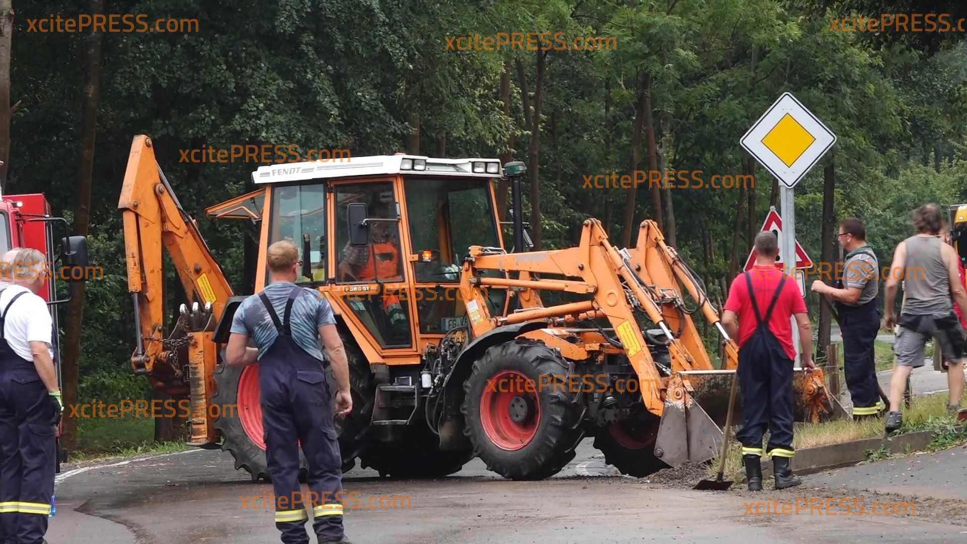 Nach heftigem Unwetter über Mittelsachsen - Aufräumarbeiten mit schwerem Gerät: Wasserpegel sinken langsam wieder