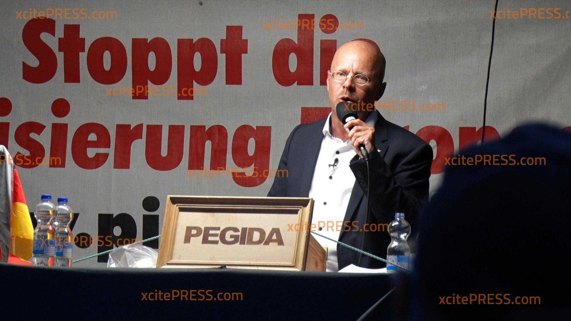 Maskenpflicht! PEGIDA demonstriert auf dem Altmarkt: Andreas Kalbitz spricht in Dresden
