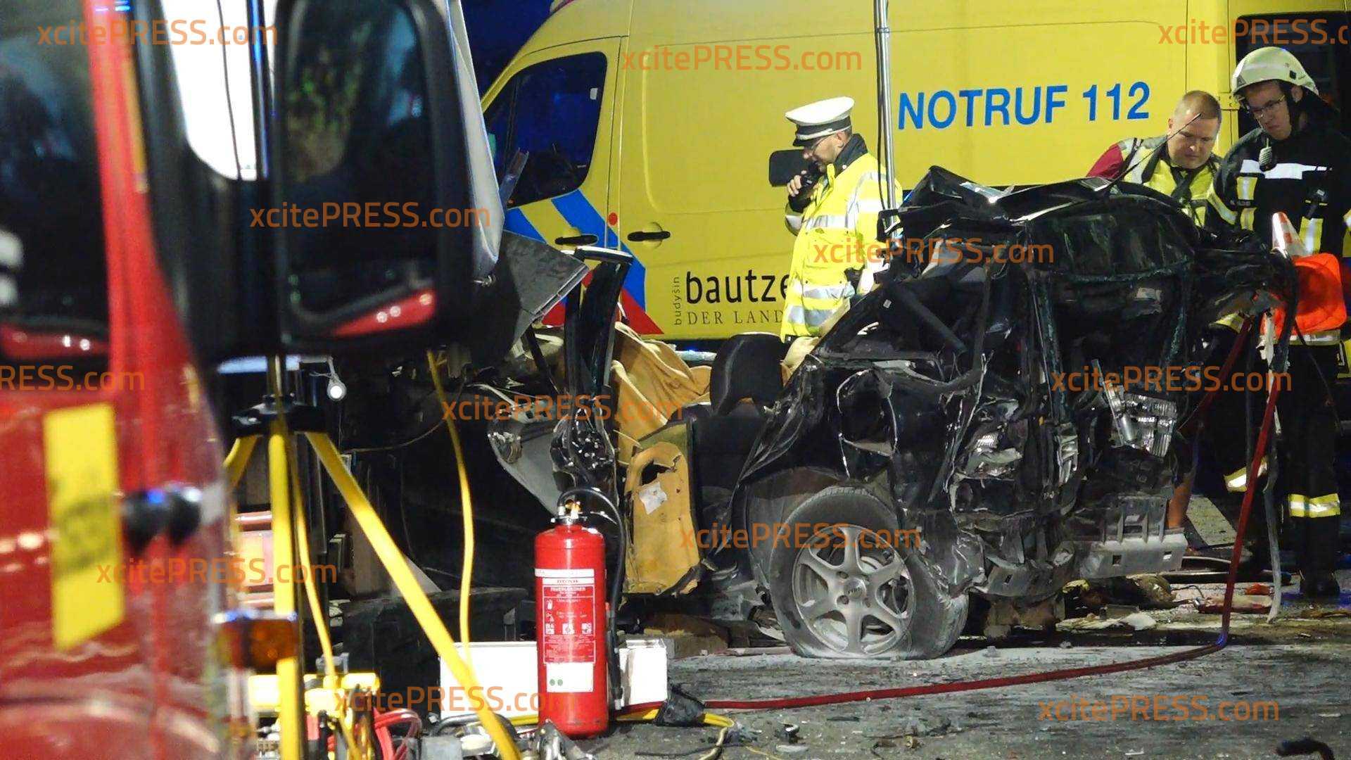 Horrorcrash - LKW kracht in Stauende - PKW zwischen LKWs zerquetscht: Eine Tote (26), zwei Schwerverletzte