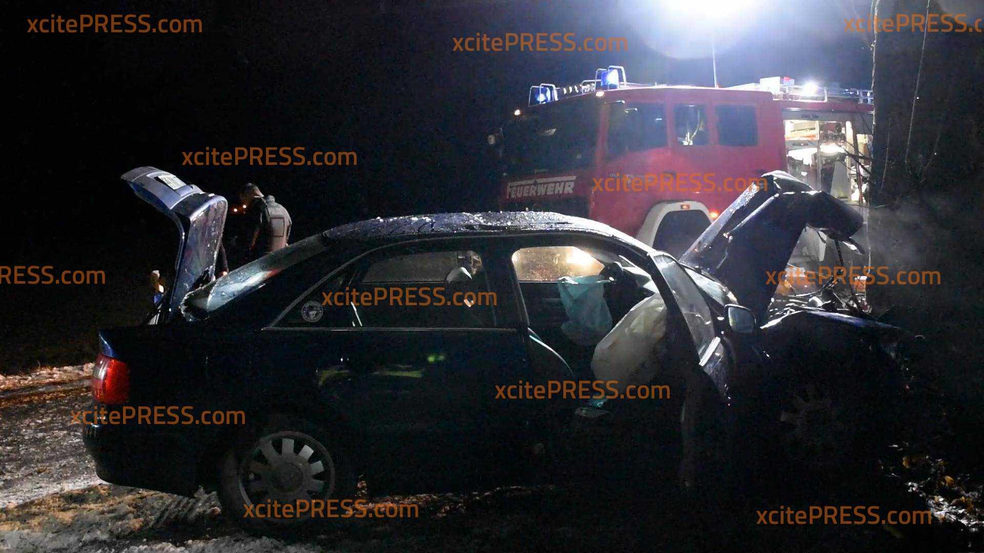 Schwerer Crash bei Glätte: PKW kracht gegen Baum - 2 Verletzte
