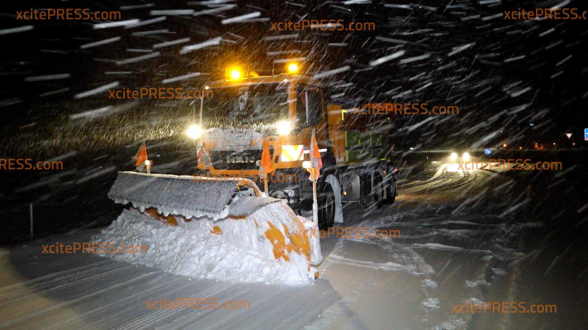 Schon wieder Schneechaos - Hunderte LKW stehen auf der A4: Selbst der Winterdienst steckt im Stau - A4 komplett dicht!