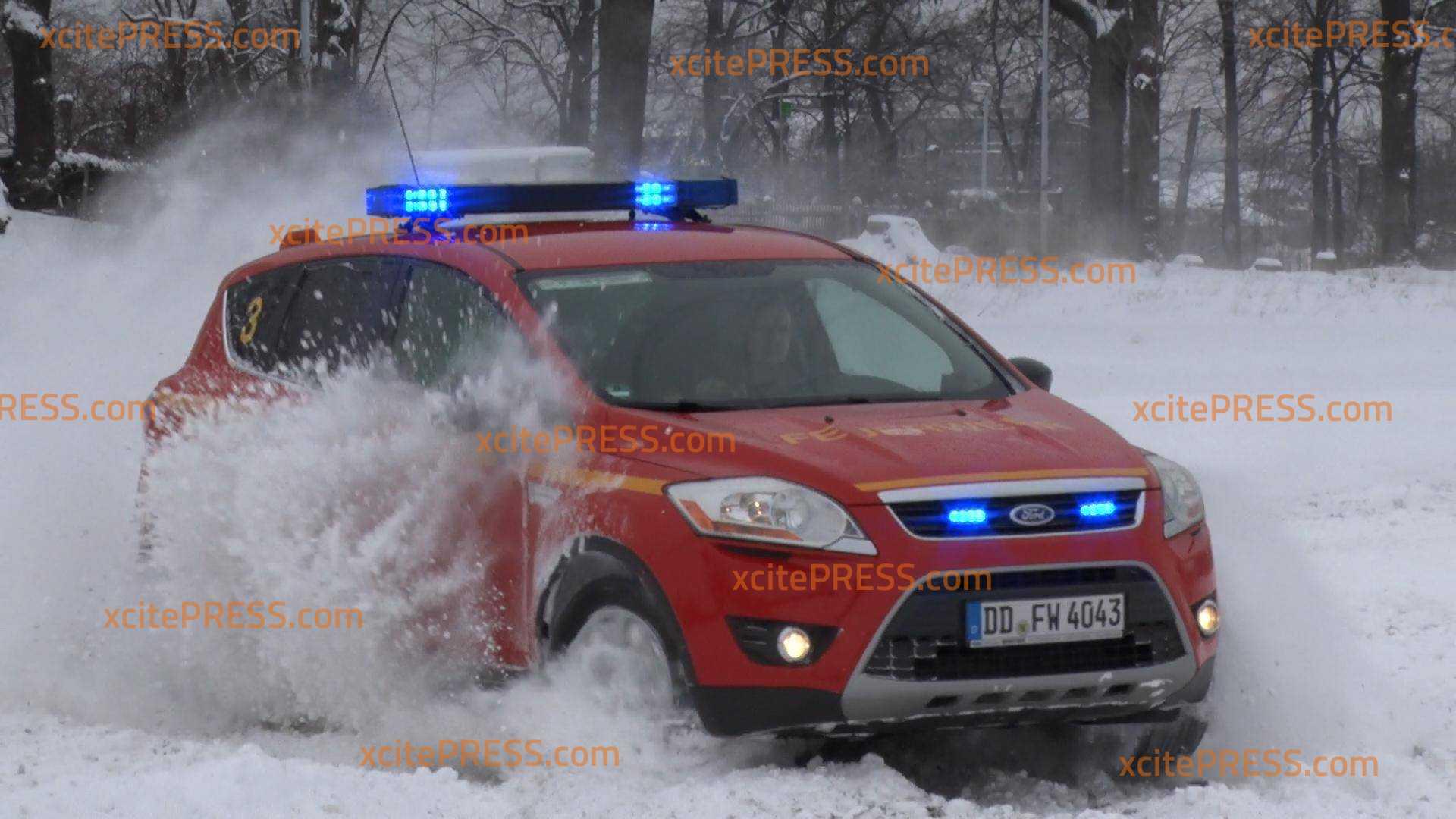 Driften für die Sicherheit : Dresdner Feuerwehr beim Fahrsicherheitstraining im Schnee
