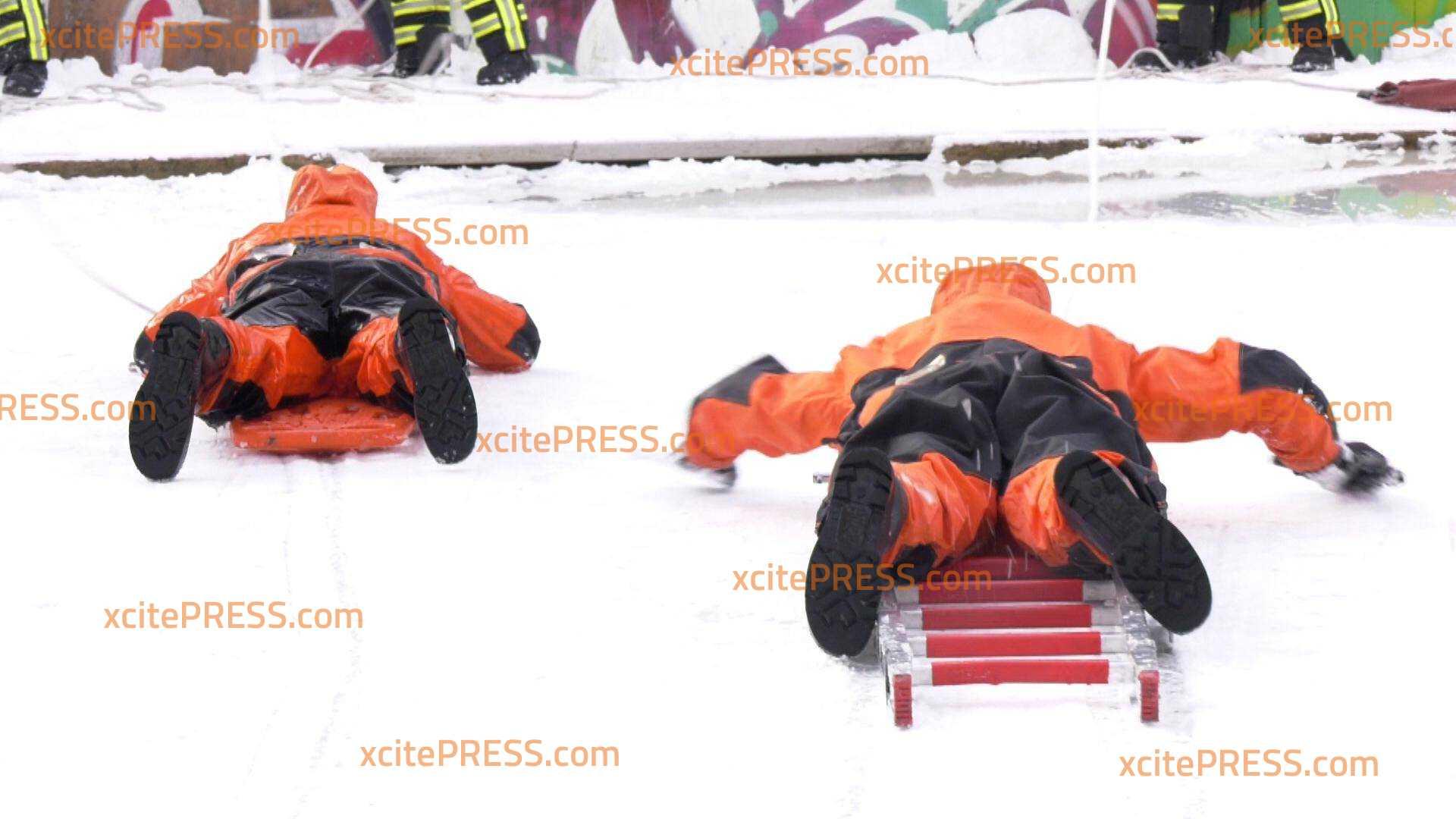 Die Tücke von zugefrorenen Wasserflächen: Feuerwehr trainierte Eisrettung :