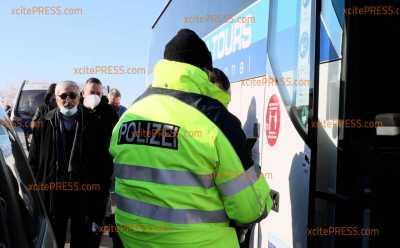 Grenzkontrollen zu Tschechien: Jedes Fahrzeug wird am Grenzübergang kontrolliert: Rückstau auf tschechischer Seite der A17 in Richtung Dresden